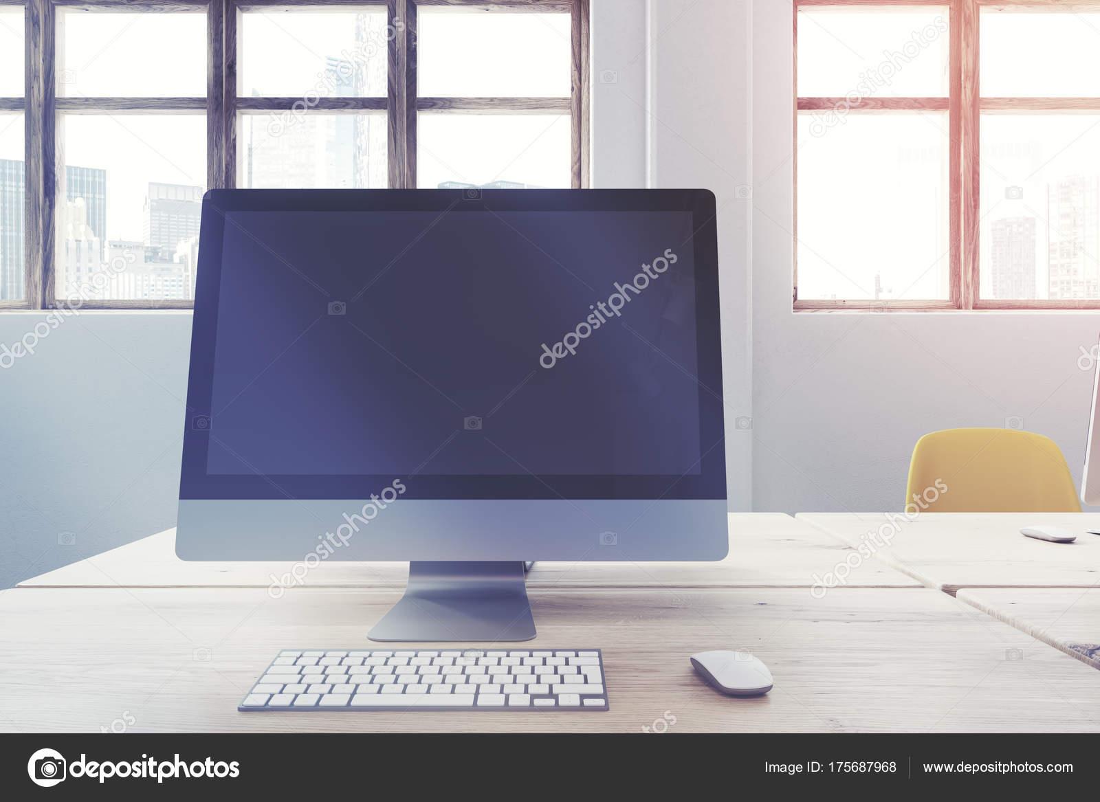 Tavolo Di Ufficio : Schermo di computer in bianco su un tavolo di ufficio in legno
