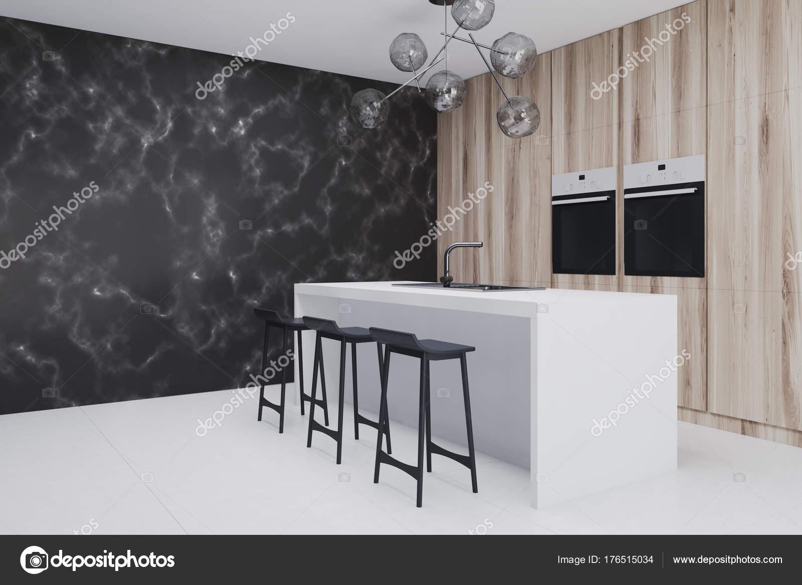 Keuken Marmer Zwart : Houten keuken met bar kant zwart marmeren closeup u2014 stockfoto