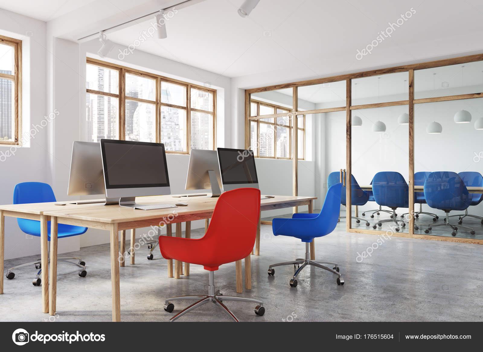 Bureau de chaises bleu et rouge vue latérale u photographie