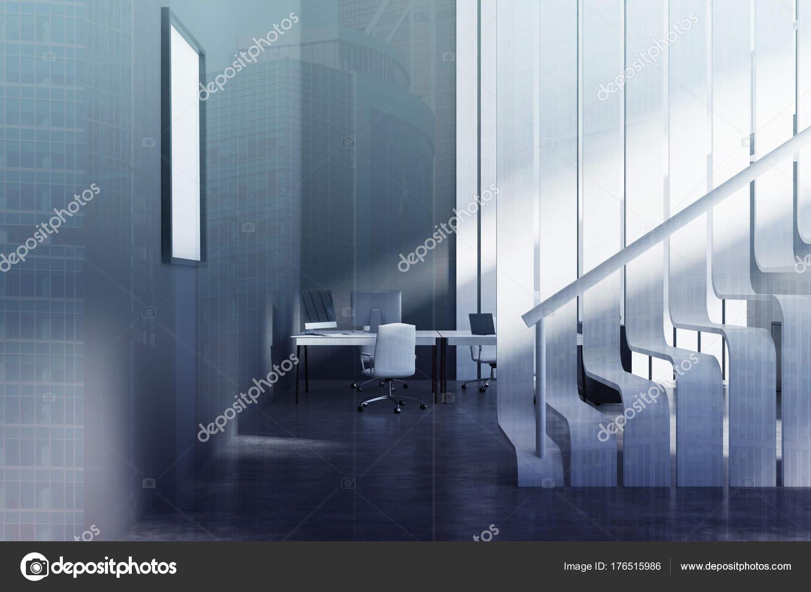 Escalier blanc original dans un bureau noir tonifié u photographie
