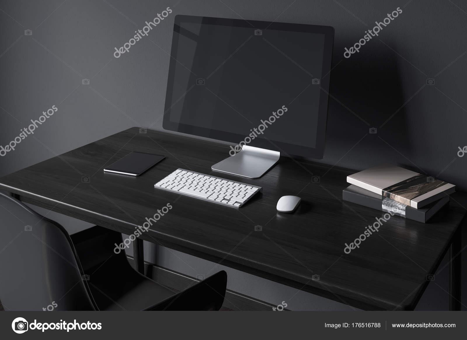 Scrivania Ufficio Nera : Schermo nero su un lato della scrivania in legno nero u foto stock