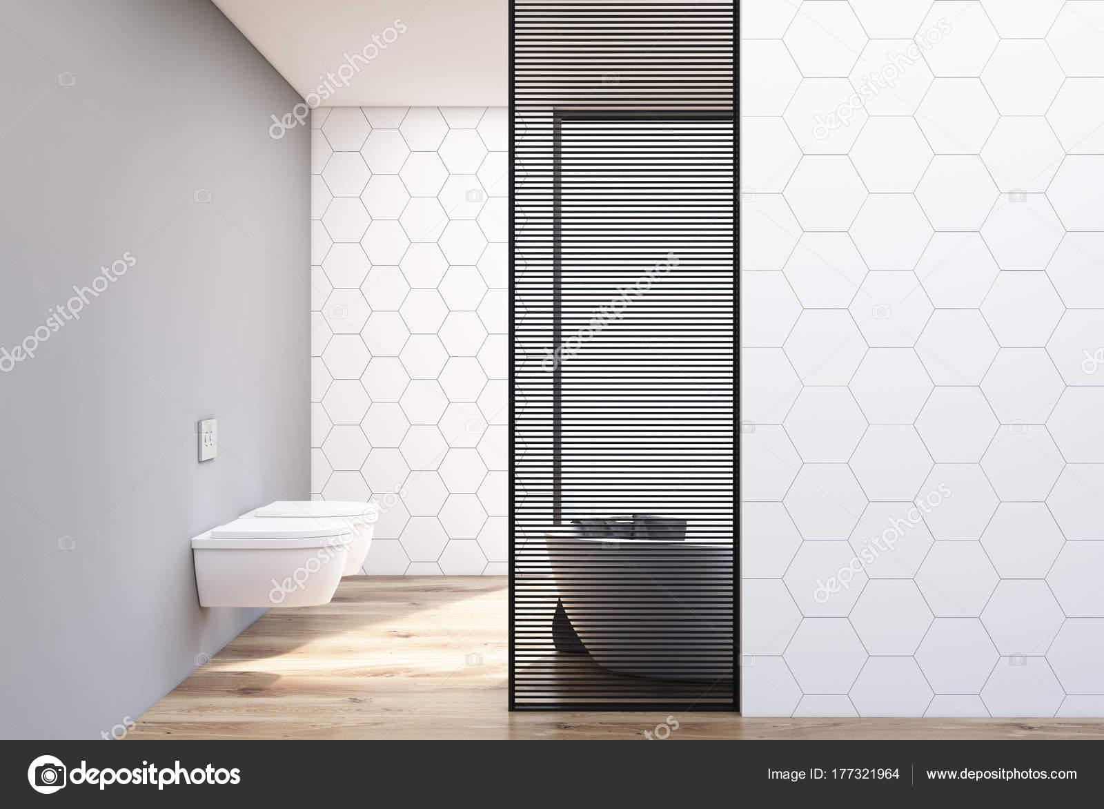 Bagno rivestito di piastrelle bianche vasca e wc u foto stock