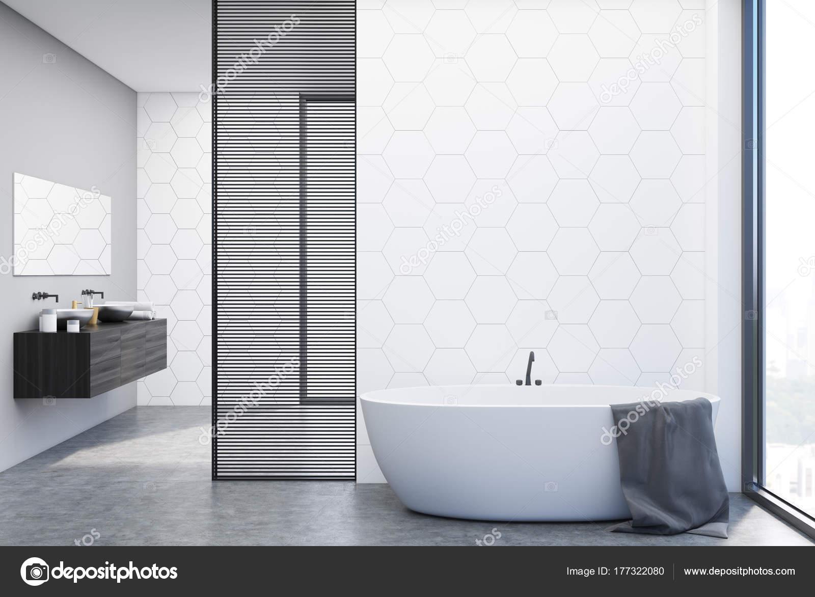 Bagno rivestito di piastrelle bianche vasca e lavandino u2014 foto