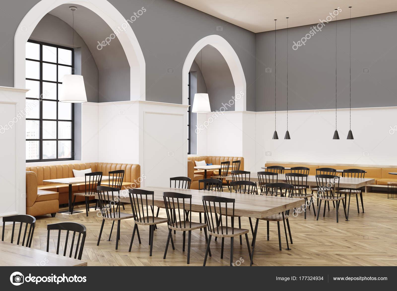 caf moderne intrieur avec des murs blancs et gris un plancher en bois des tables rondes de gris et en bois jaunes canaps et chaises en bois noirs