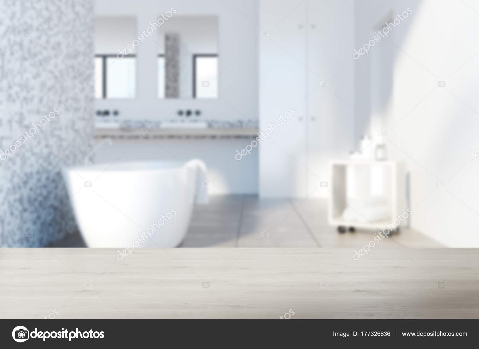 Bagno rivestito di piastrelle grigie vasca bianca offuscata