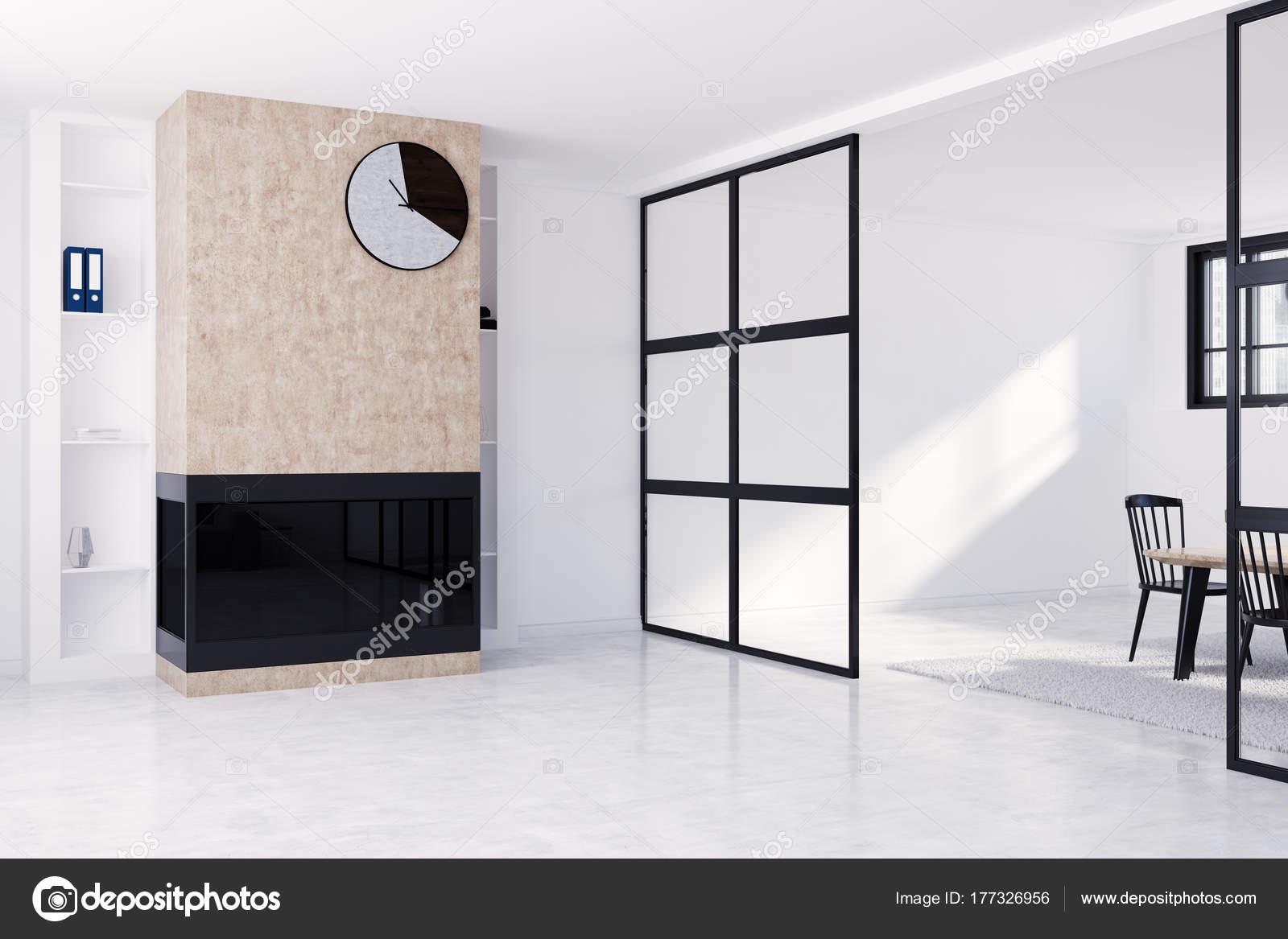 Weiße Wohnzimmer mit Kamin und Uhr Seite — Stockfoto ...
