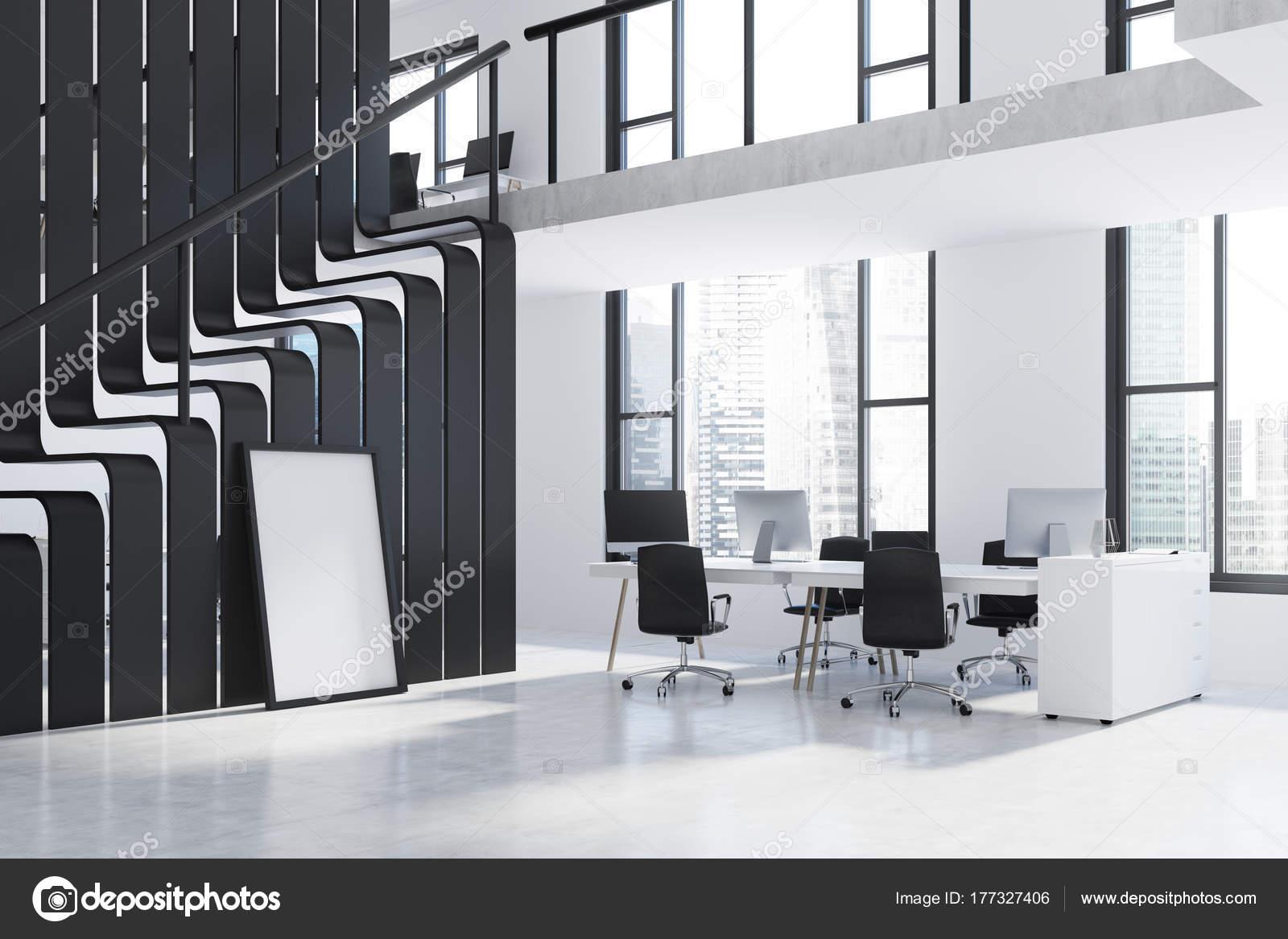 Oficina de dos pisos blanco y negro — Fotos de Stock ...