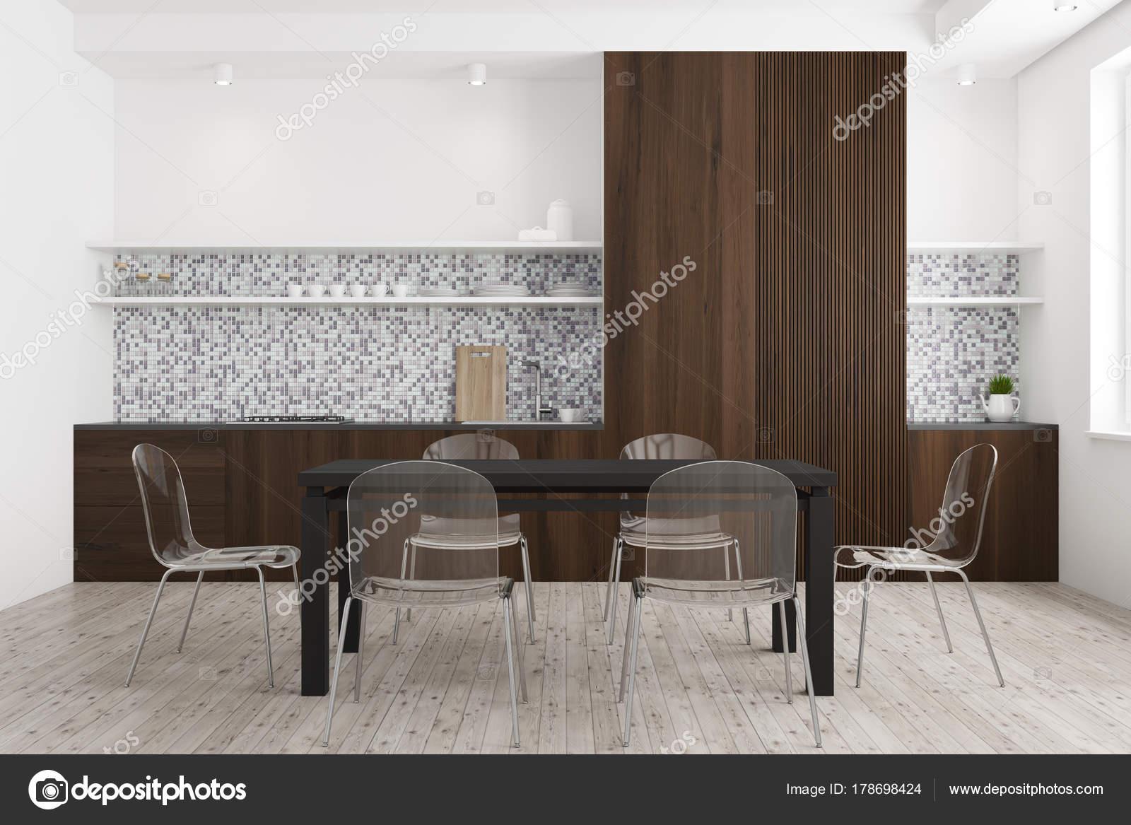 Tavolo Legno E Sedie Trasparenti.Sala Da Pranzo In Legno Bianca E Scura Foto Stock