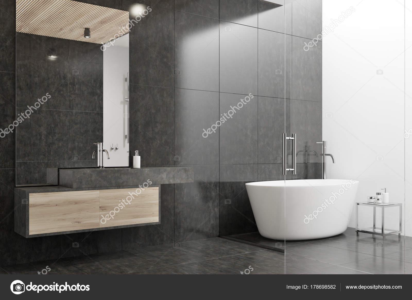Zwart Witte Tegels : Zwart wit badkamer hoek met een tegelvloer een witte tub en een