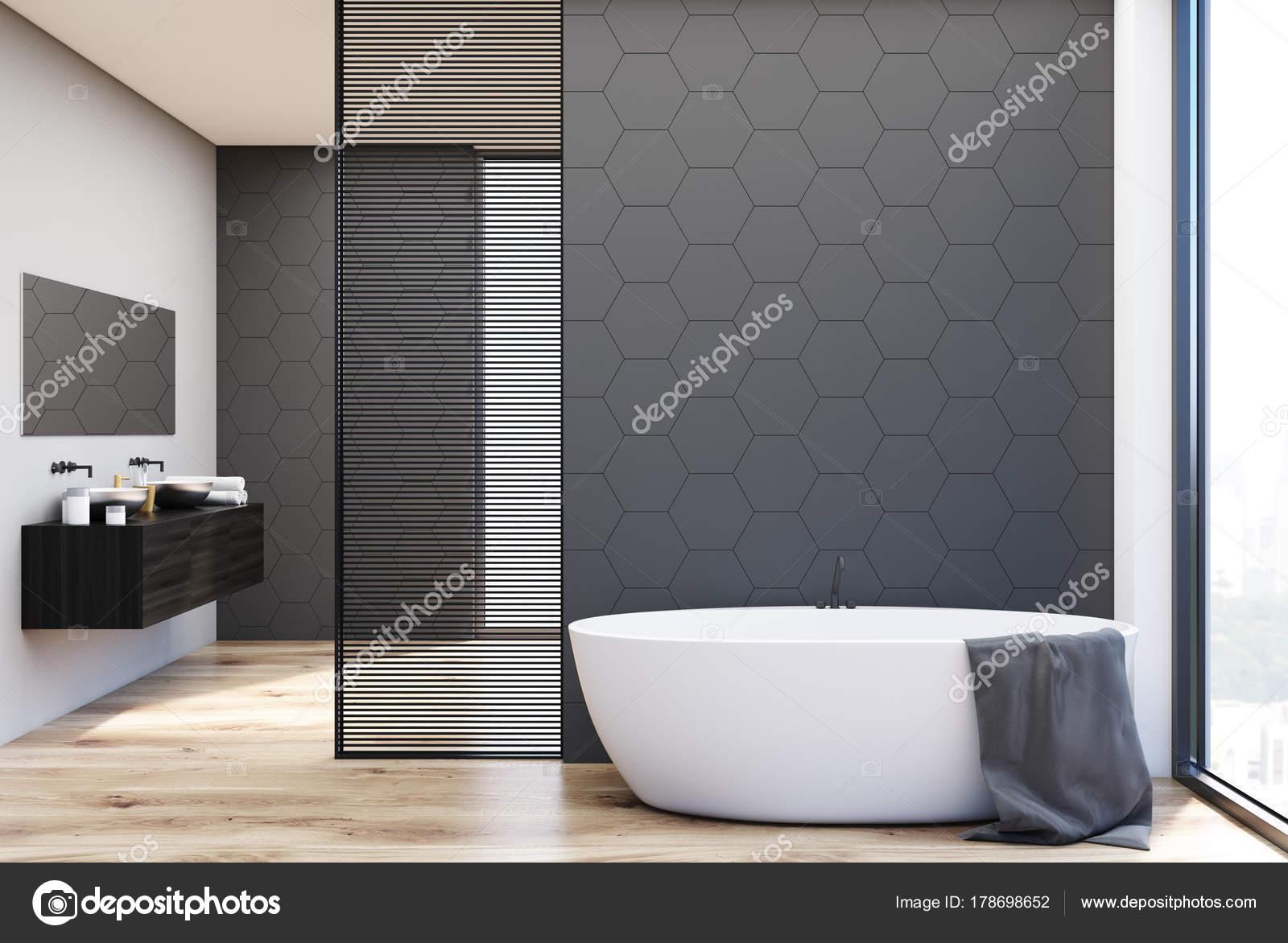 Badkamer Tegels Grijs : Grijze tegels badkamer badkuip en wastafels u stockfoto