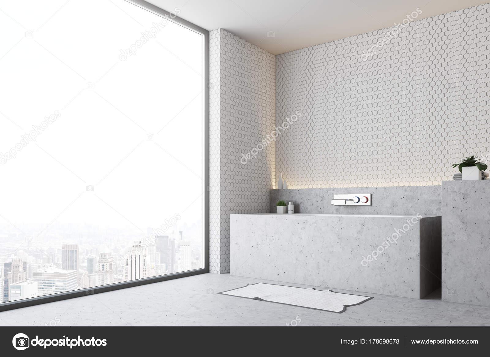Grau weiße Badezimmer Badewanne nahe Seite — Stockfoto ...