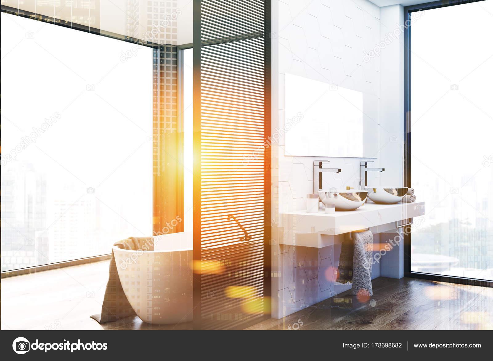 Bagno rivestito di piastrelle esagonali doppio lavabo e vasca