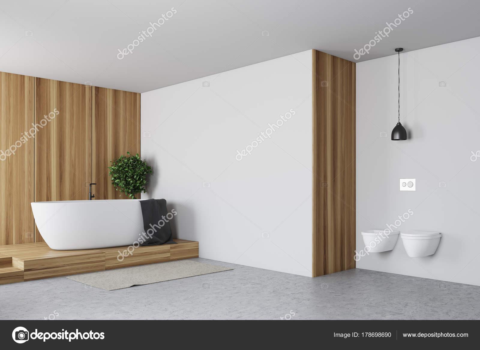 Betegelde en witte badkamer bad en wc u stockfoto