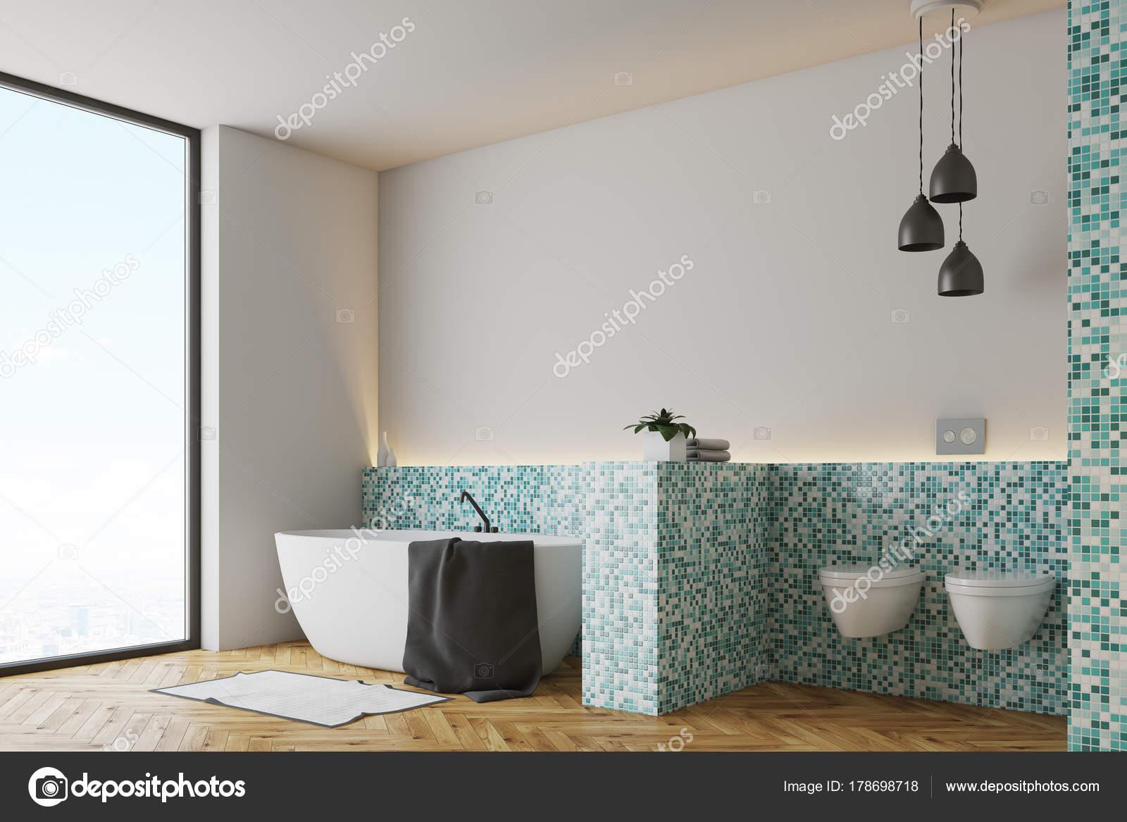 Groene tegels badkamer en toilet kant — Stockfoto © denisismagilov ...