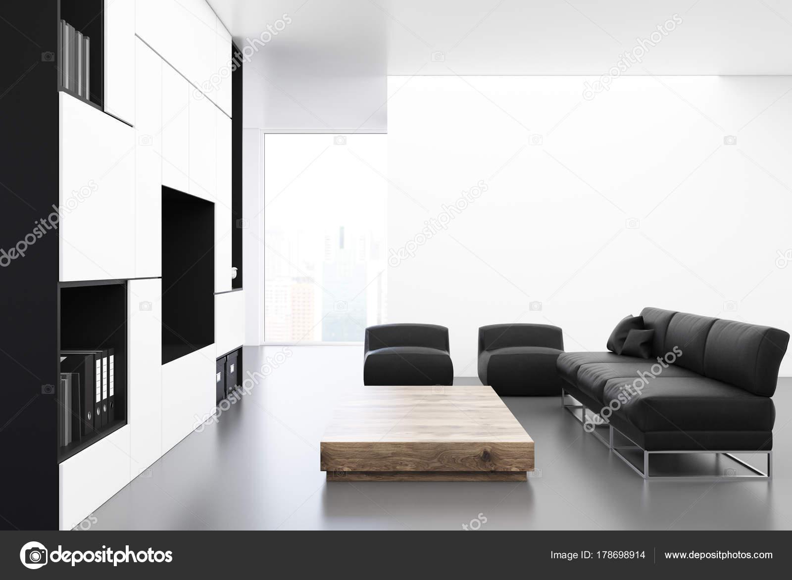 Divano Nero E Bianco : Bianco di soggiorno con un divano nero u foto stock