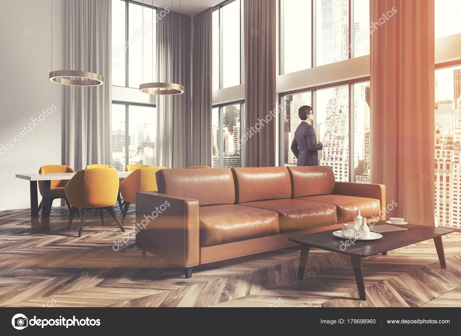 Woonkamer en eetkamer hoek bruin man — Stockfoto © denisismagilov ...