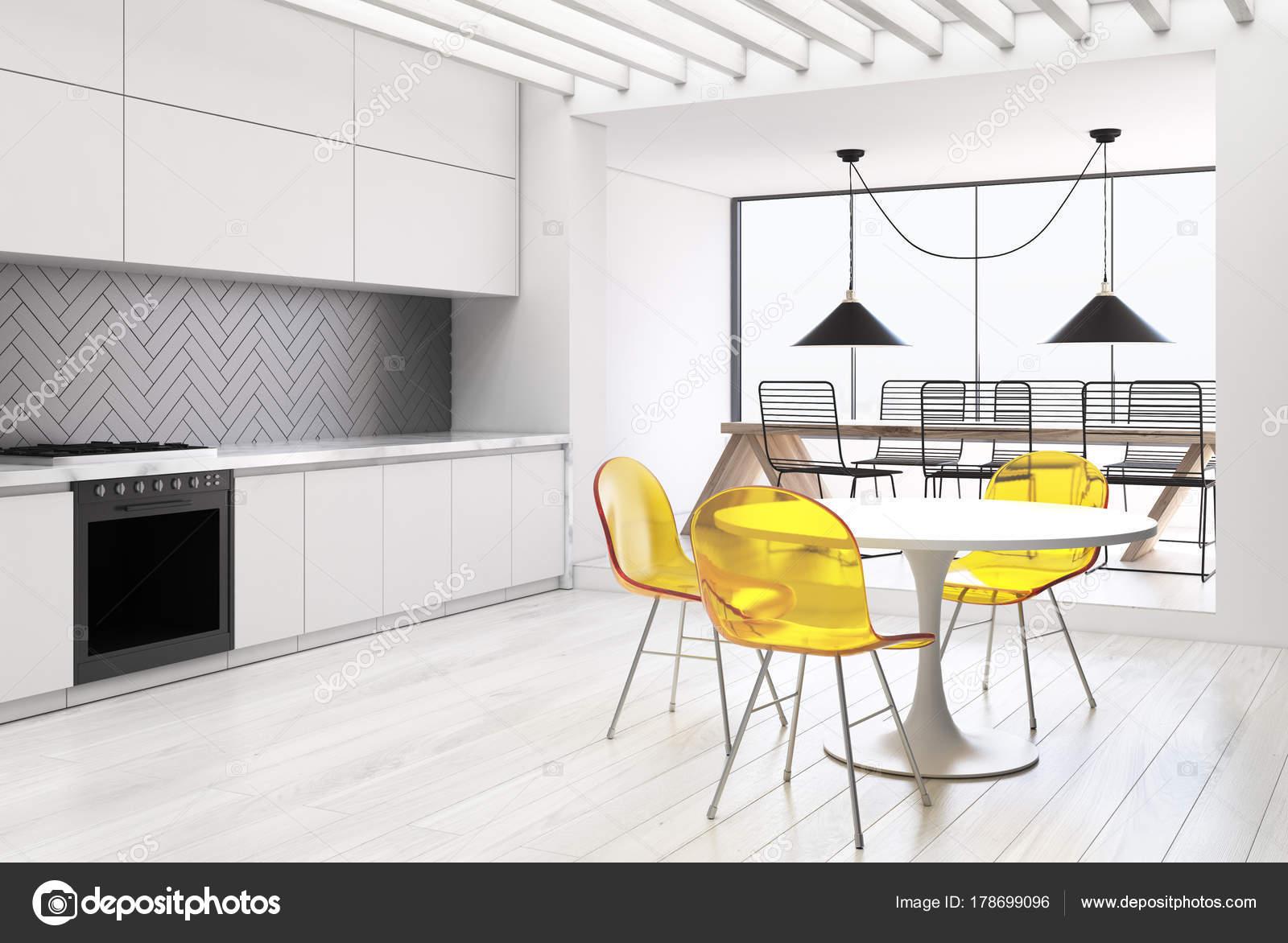 Weiße und graue Küche und ein Esszimmer-Seite — Stockfoto ...