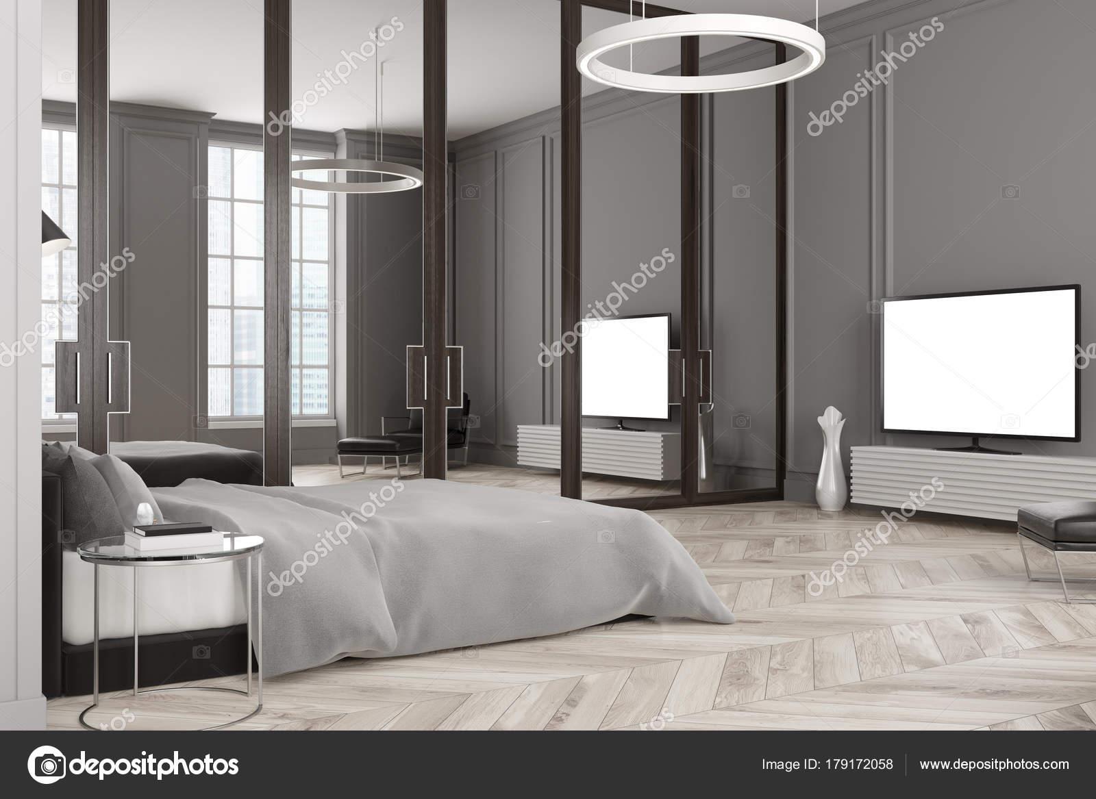 Slaapkamer Interieur Grijs : Grijze slaapkamer interieur tv instellen u stockfoto