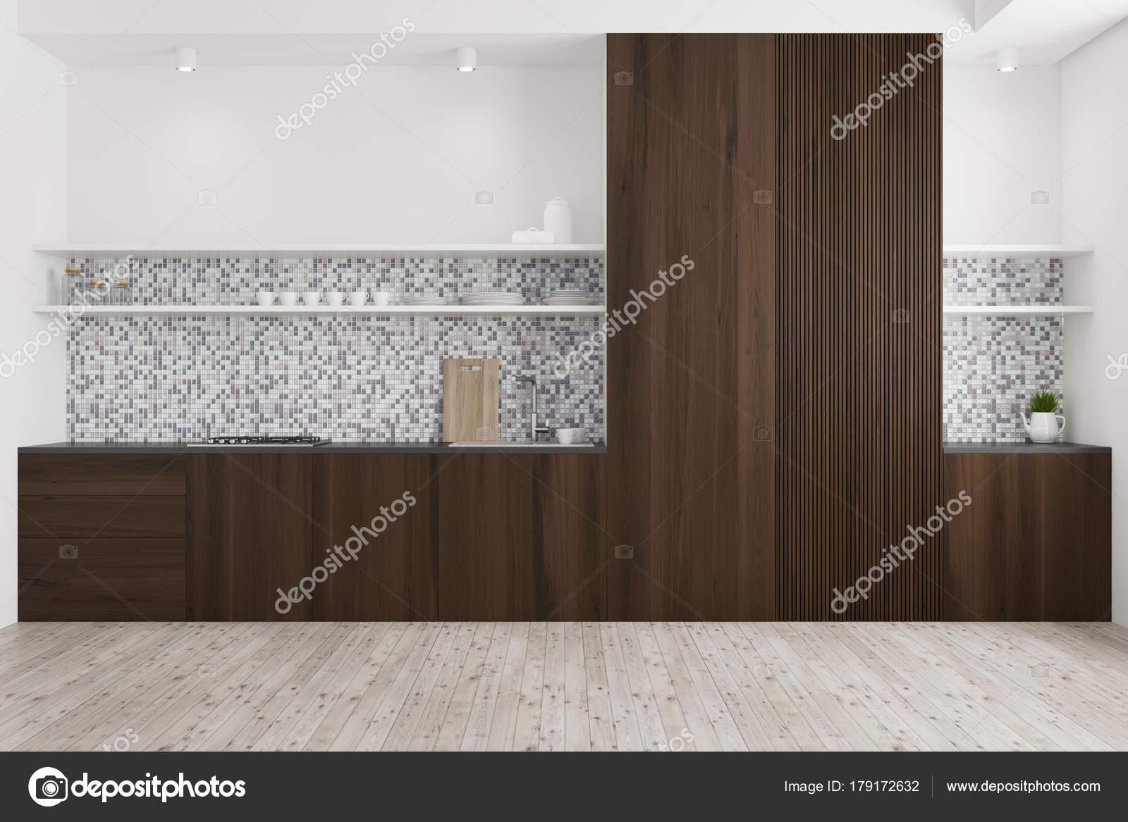 Cucina in legno piastrellata e scura u foto stock denisismagilov