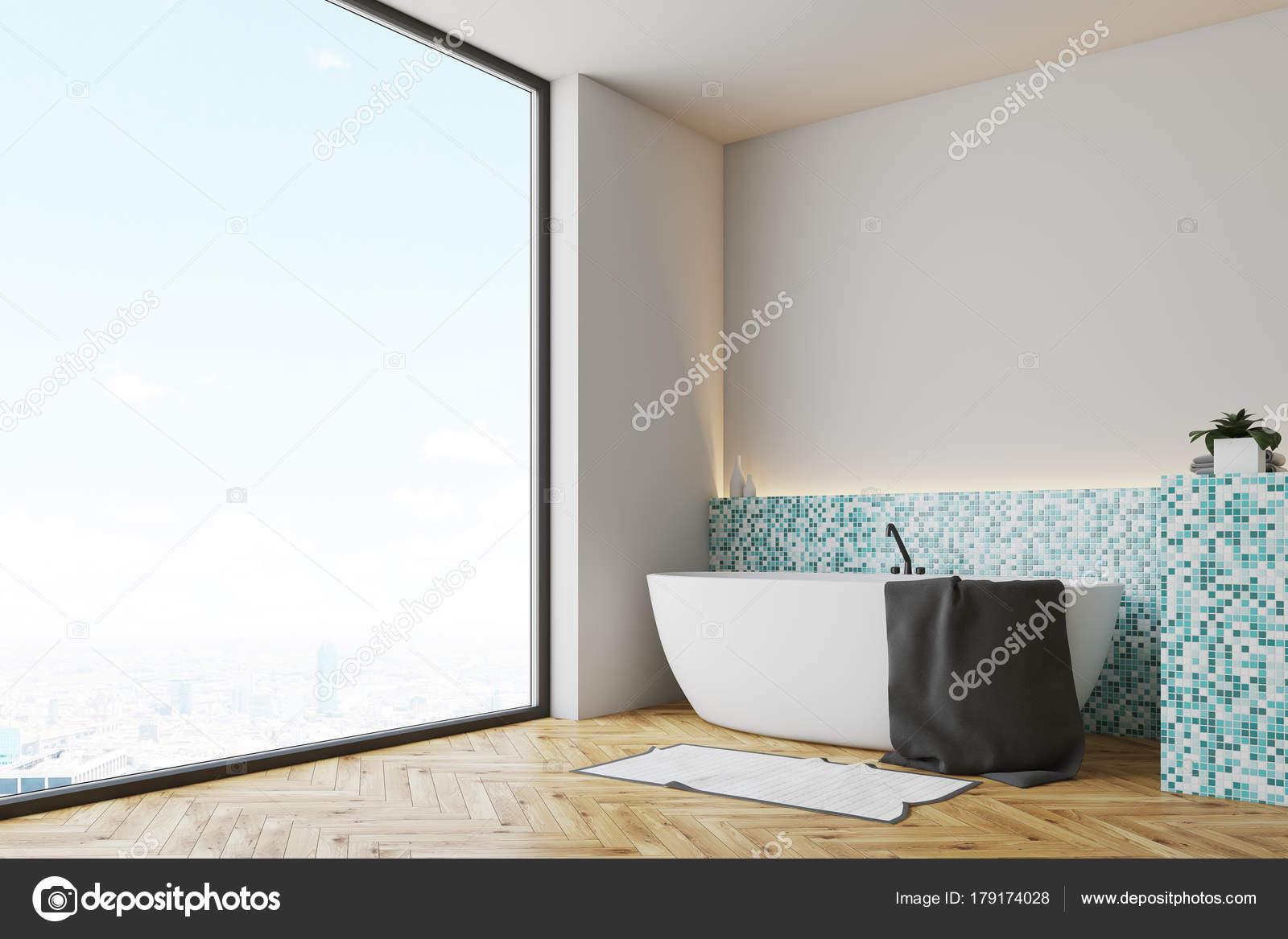 Vasca ad angolo bianco di verde piastrelle bagno u2014 foto stock