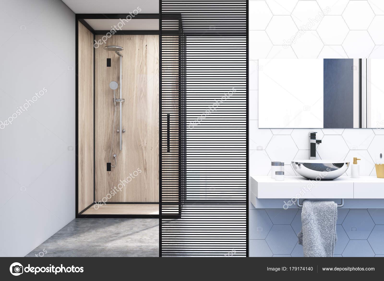 Ducha, fregadero y cuarto de baño de baldosas hexagonales — Fotos de ...