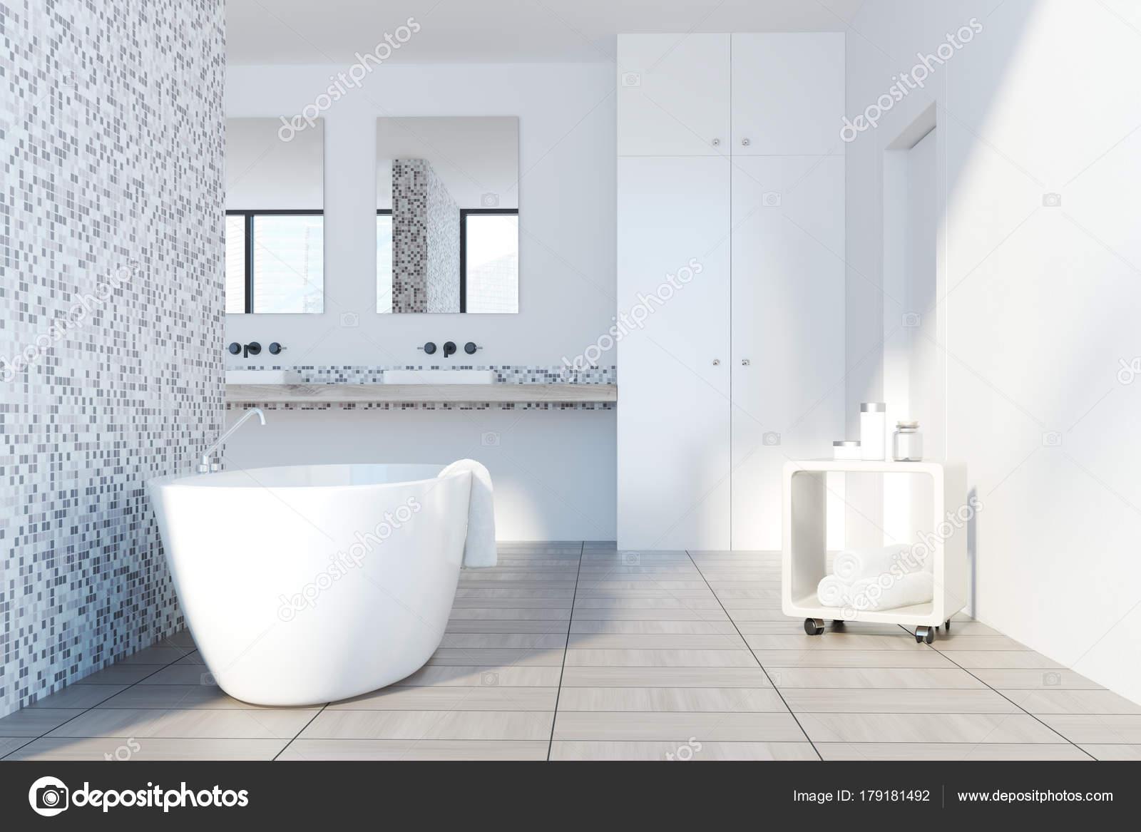 Grijze tegels badkamer, witte tub — Stockfoto © denisismagilov ...
