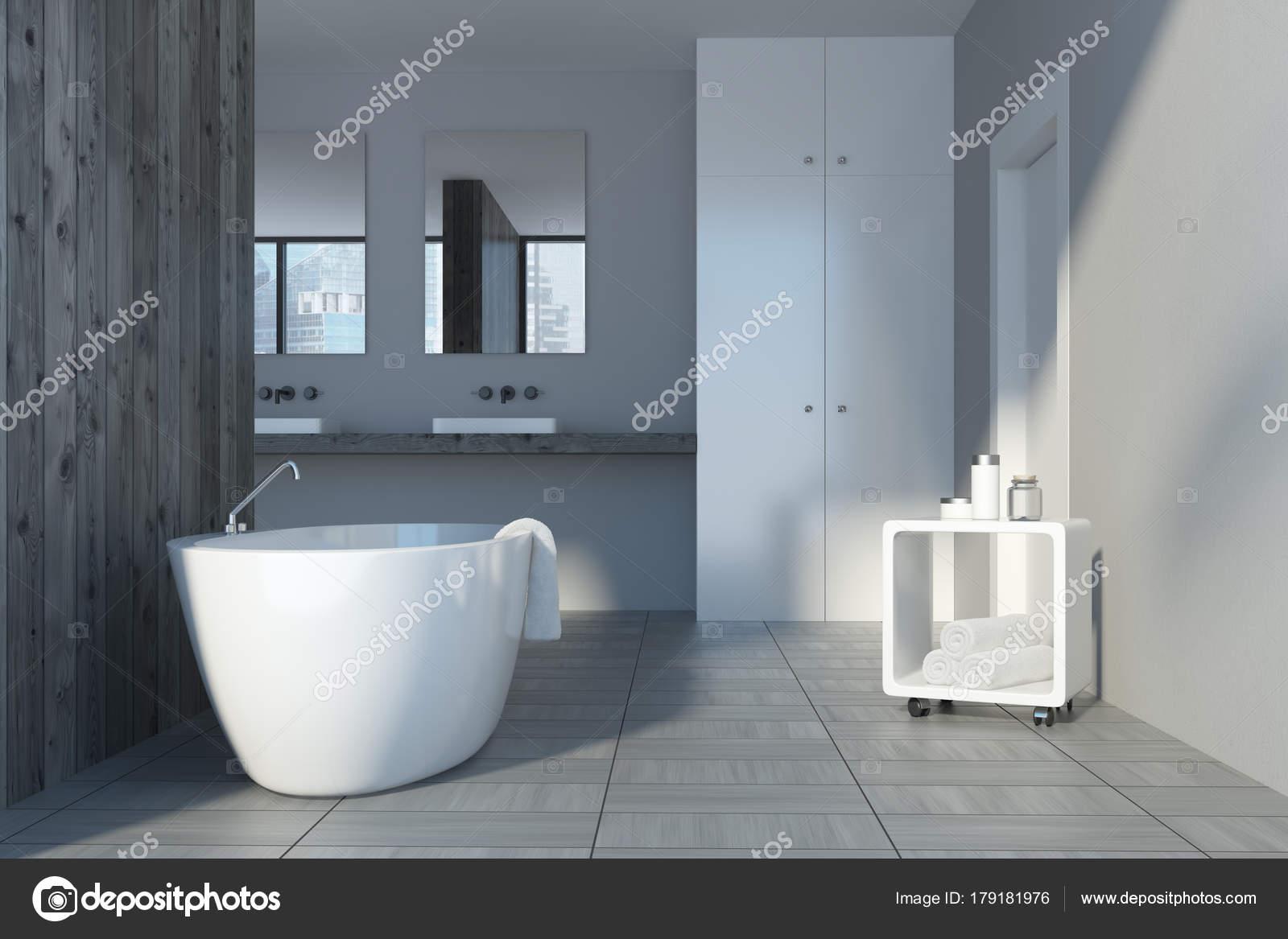 Grijs en houten badkamer interieur bad u stockfoto