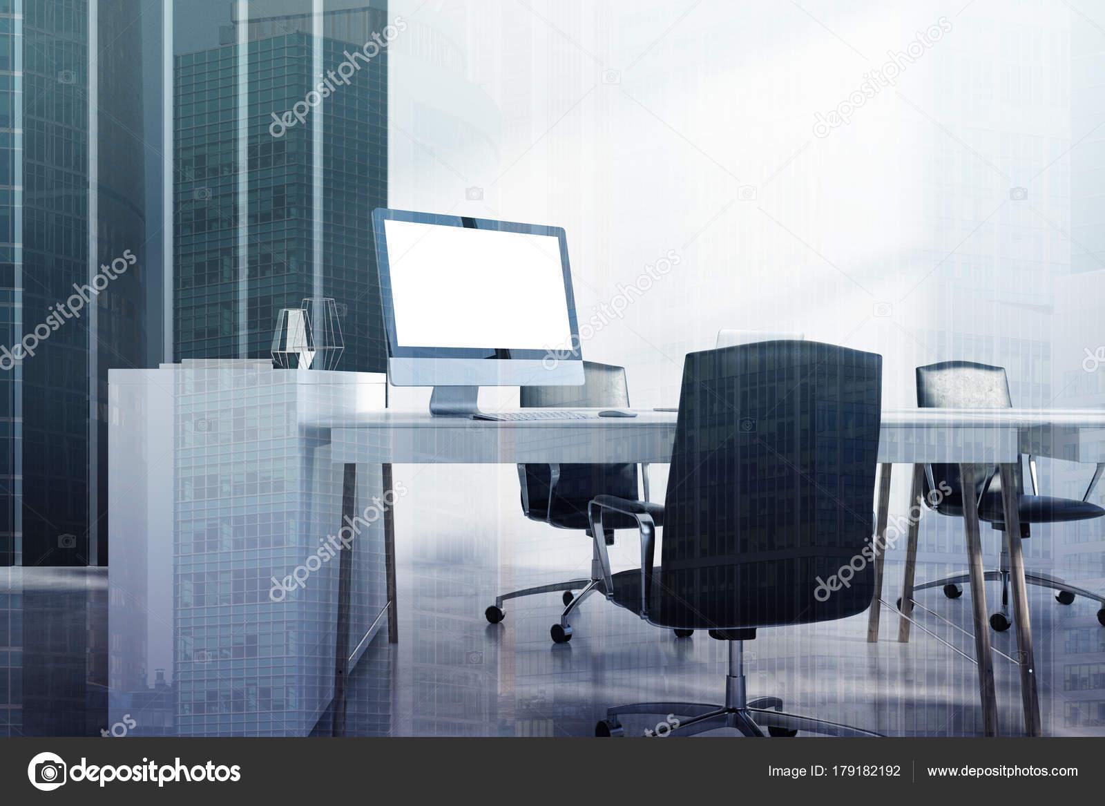 Coin bureau noir blanc écran dordinateur aux tons u2014 photographie