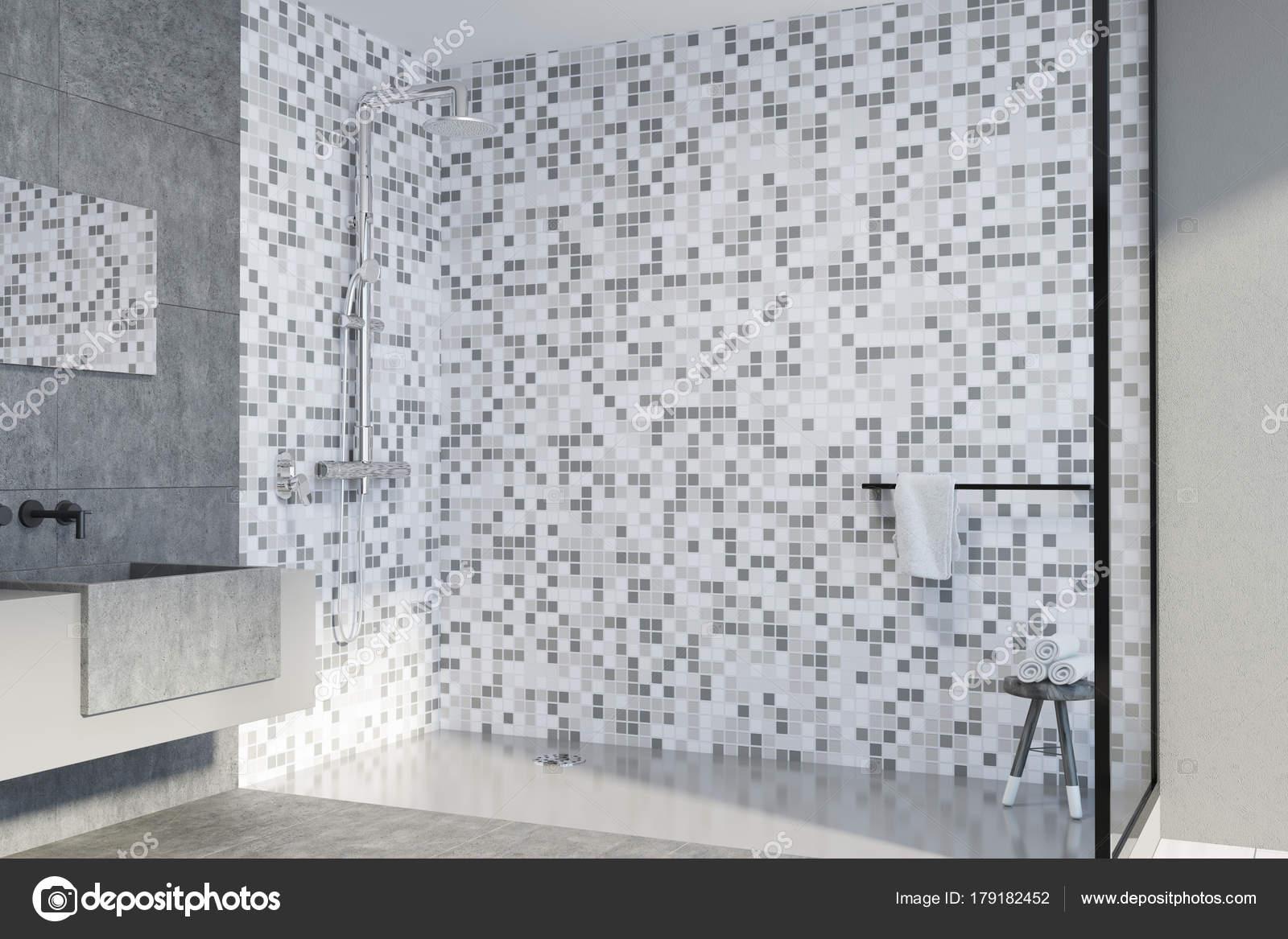 Angolo di cemento e piastrelle bagno doppio lavabo u foto stock