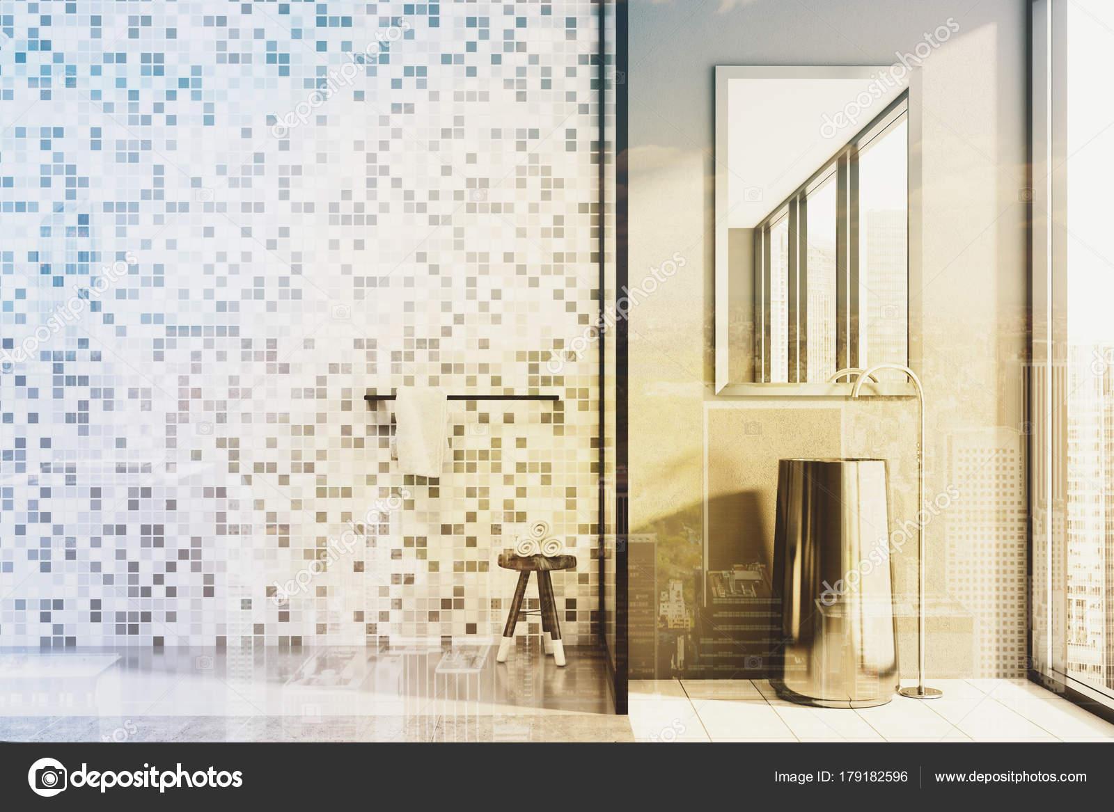 Cemento e piastrelle bagno lavandino e doccia tonica u foto stock