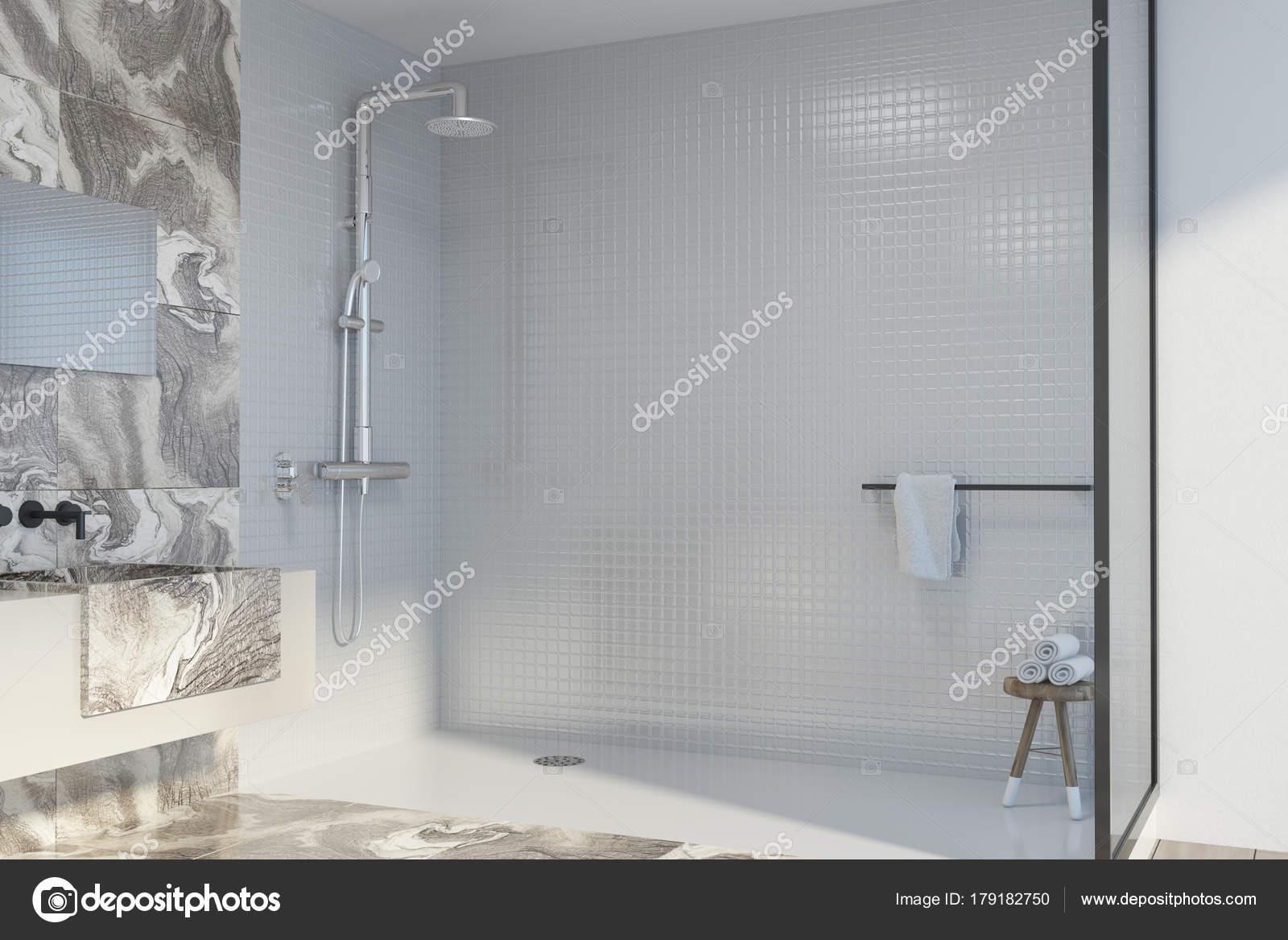 Ecke weißer Marmor-Badezimmer, Dusche und Waschbecken — Stockfoto ...