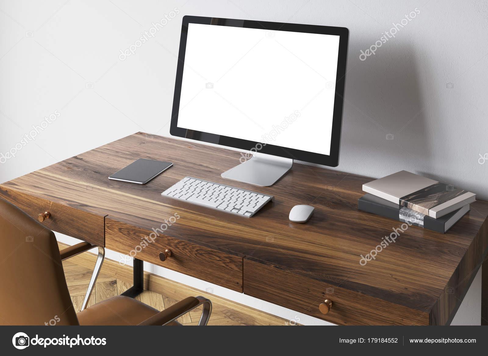 Écran blanc sur un côté de bureau en bois foncé u2014 photographie