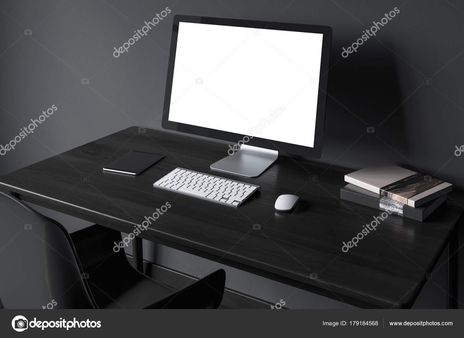 Écran d ordinateur vierge sur un côté de bureau en bois noir