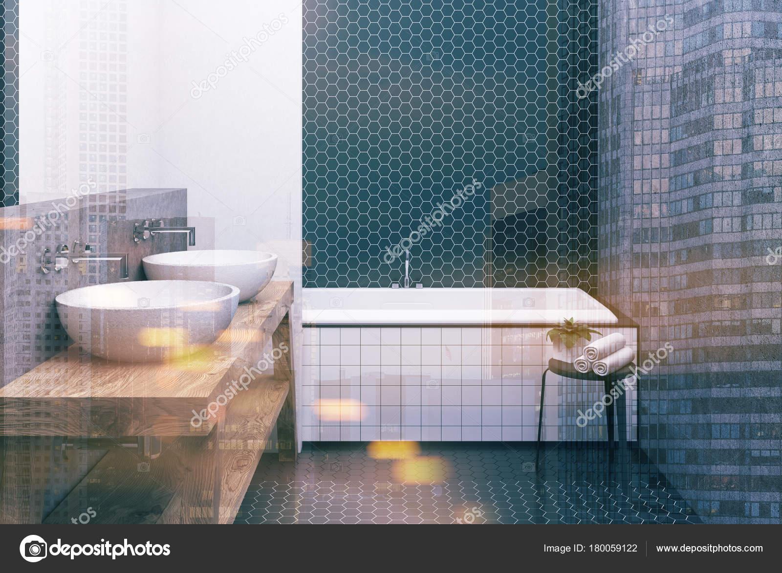 Bagno esagonale rivestito di piastrelle bianca e nera vasca