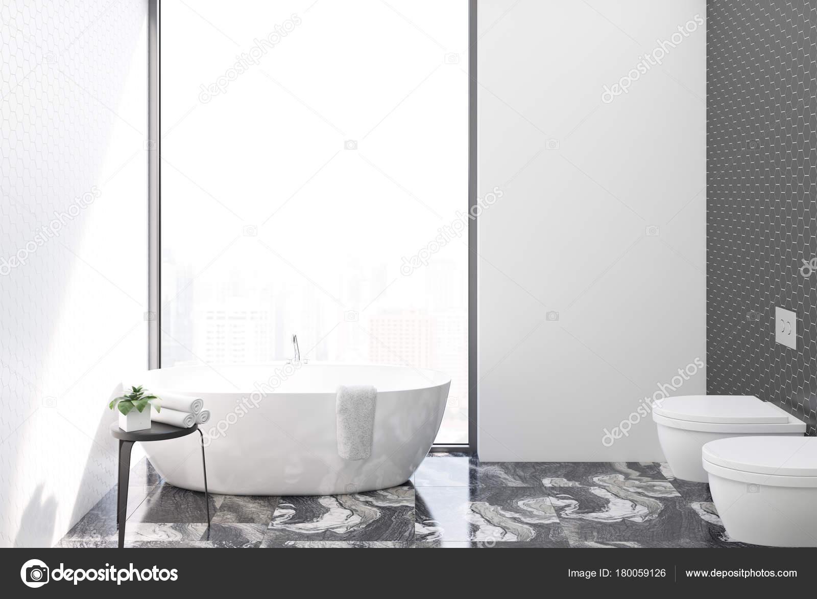 Blanco azulejos cuarto de baño y WC — Foto de stock © denisismagilov ...