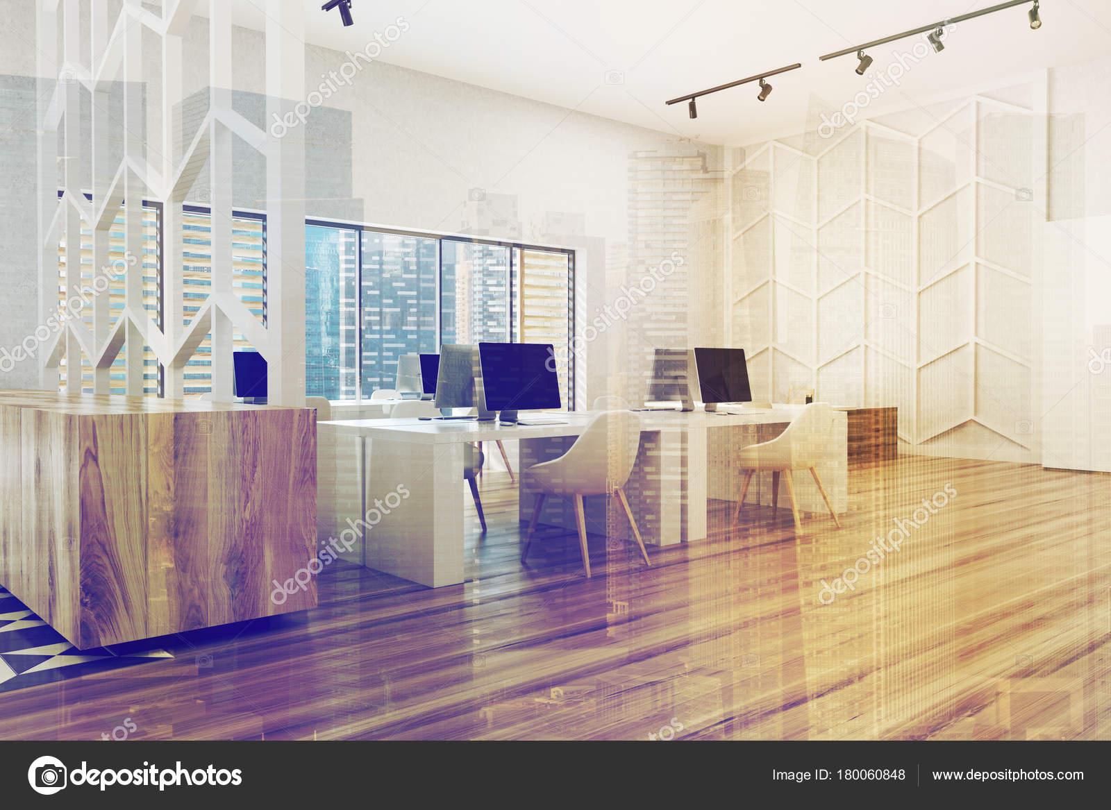 Holzboden Büro Ecke Mit Weißen Wänden, Panoramafenster, Weißen Und  Hölzernen Computertische Und Eine Gemusterte Wand. 3D Rendering Mock Up  Getönten Bild ...