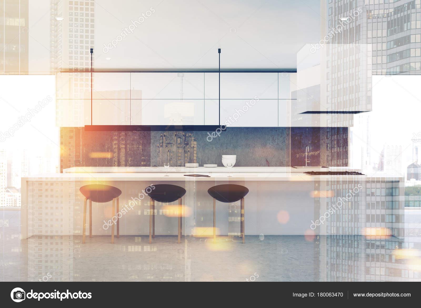 Cocina de piso de concreto, mesa blanca, frente entonado — Fotos de ...