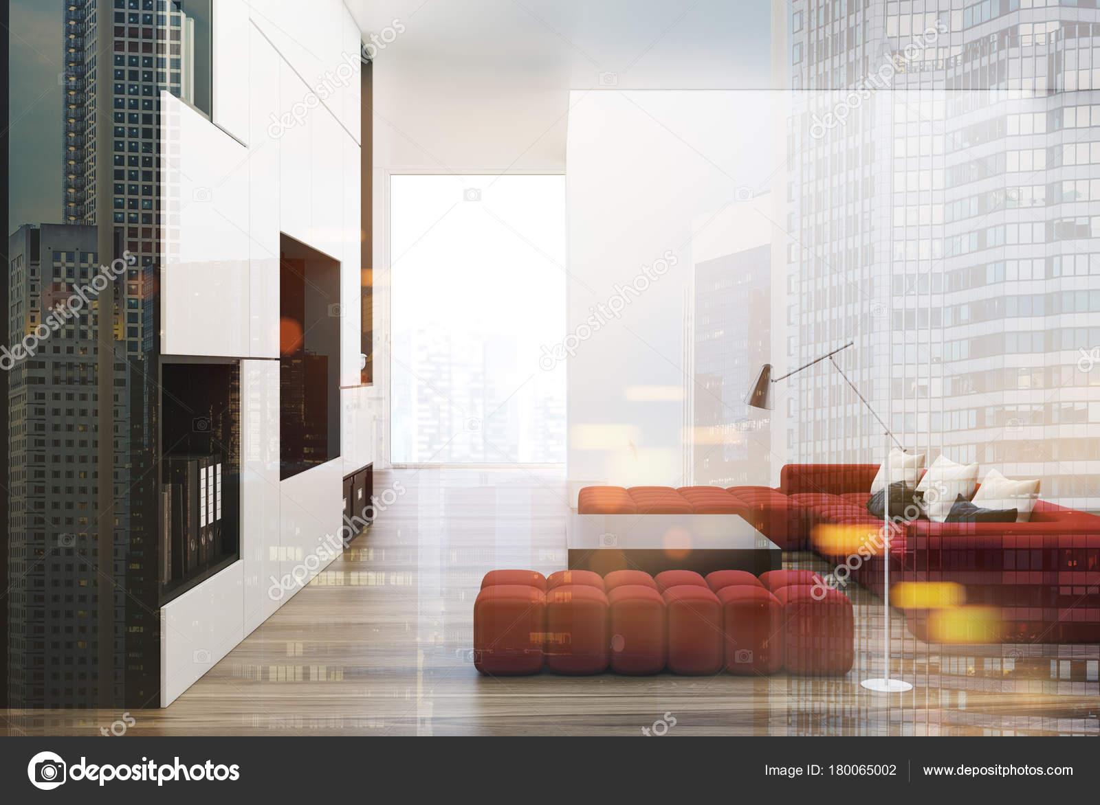 Weiße Und Schwarze Wohnzimmer Interieur Mit Einer Eingebauten Tv Set, Zwei  Weichen Roten Sofas Und Einem Quadratischen Couchtisch.