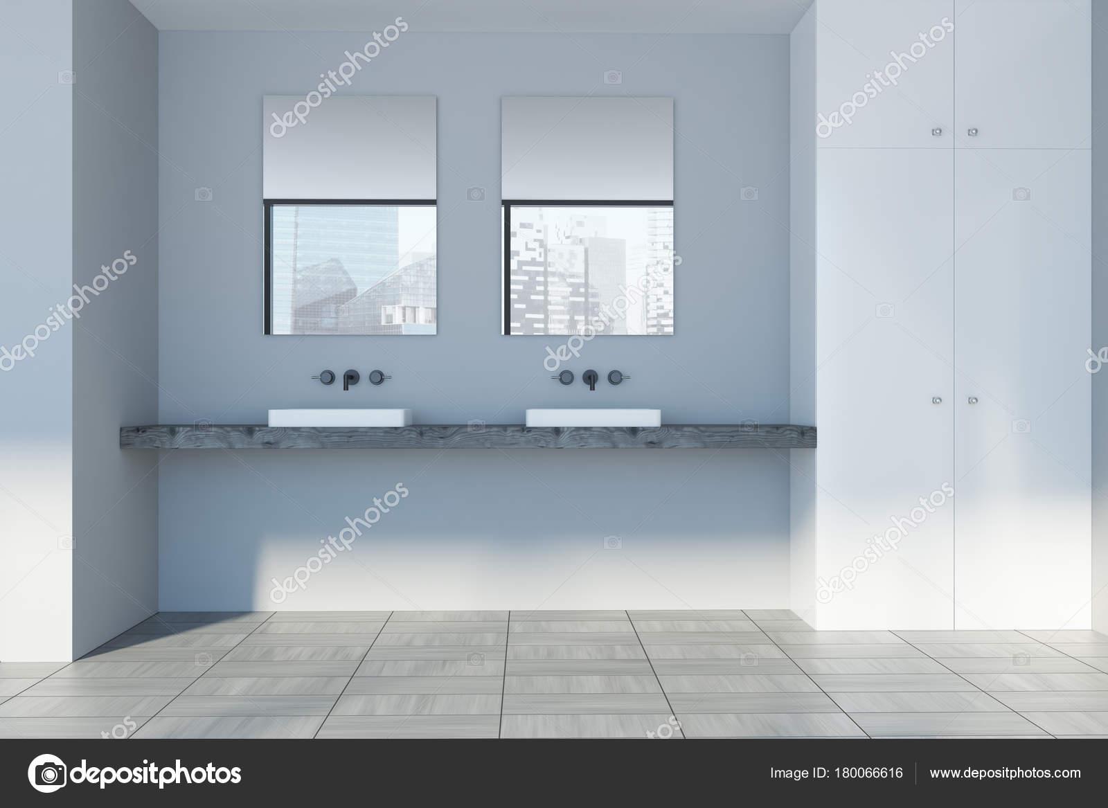 Grijze muur badkamer, dubbele wastafel — Stockfoto © denisismagilov ...