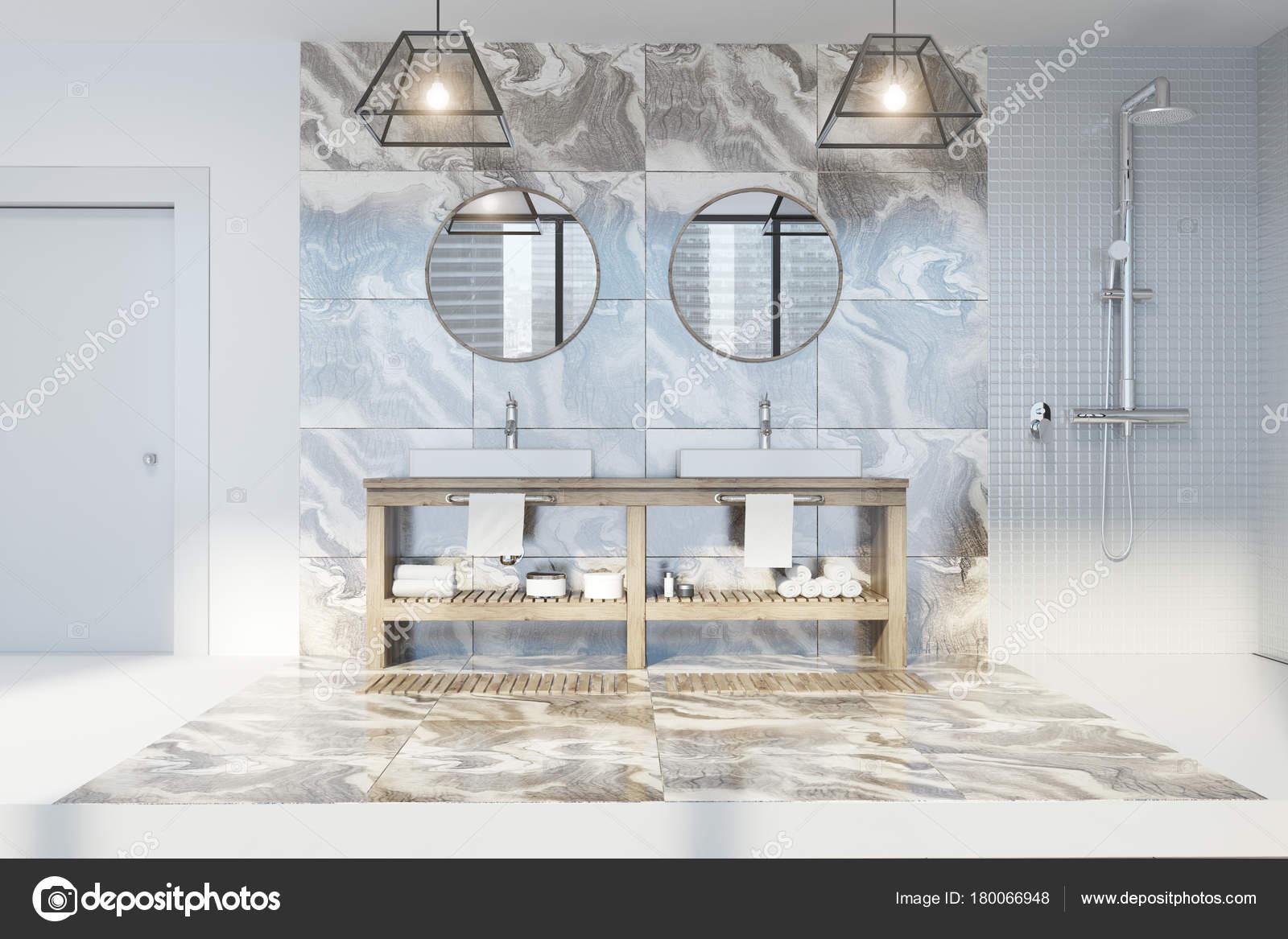 Bagno in marmo lavello doppio specchi rotondi u foto stock
