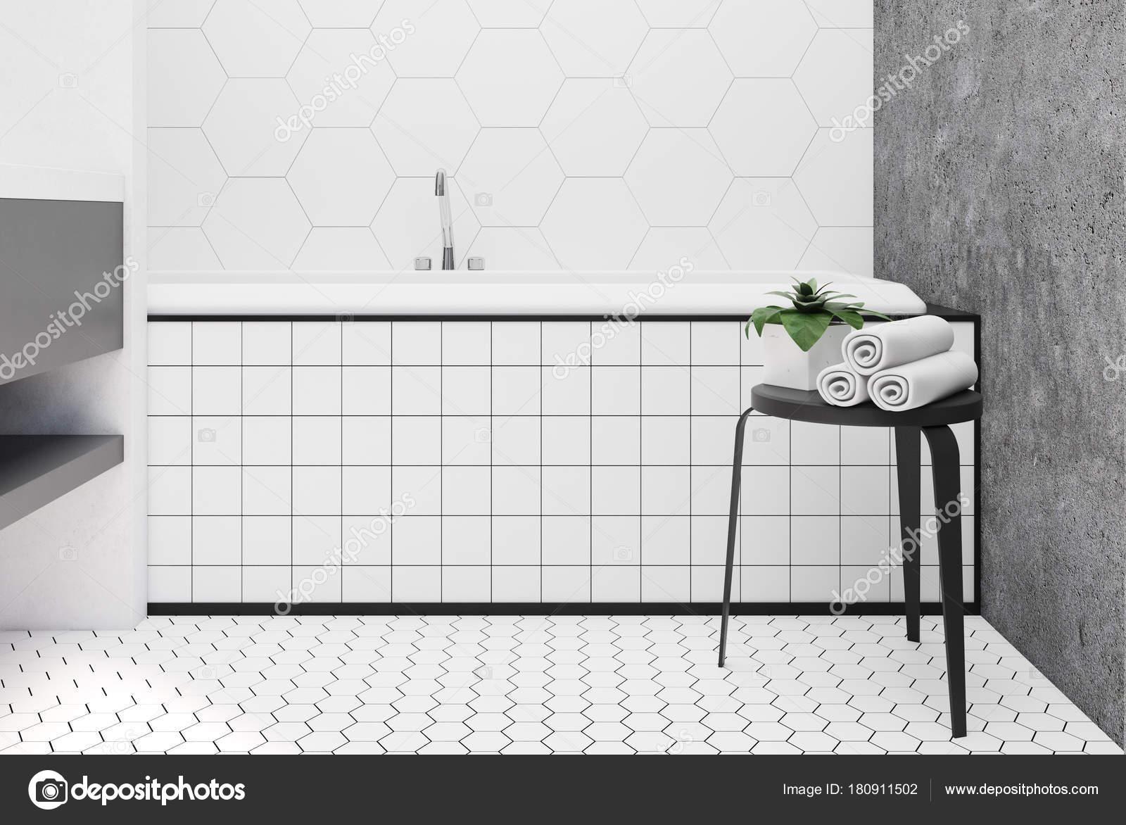 Bagno rivestito di piastrelle esagonali vasca chiuda u foto stock