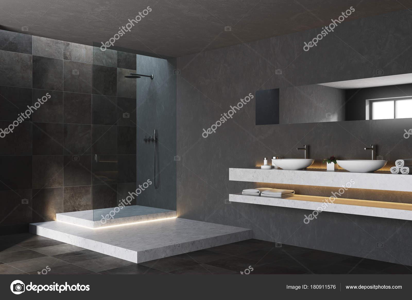 Zwart en betegelde badkamer hoek u stockfoto denisismagilov