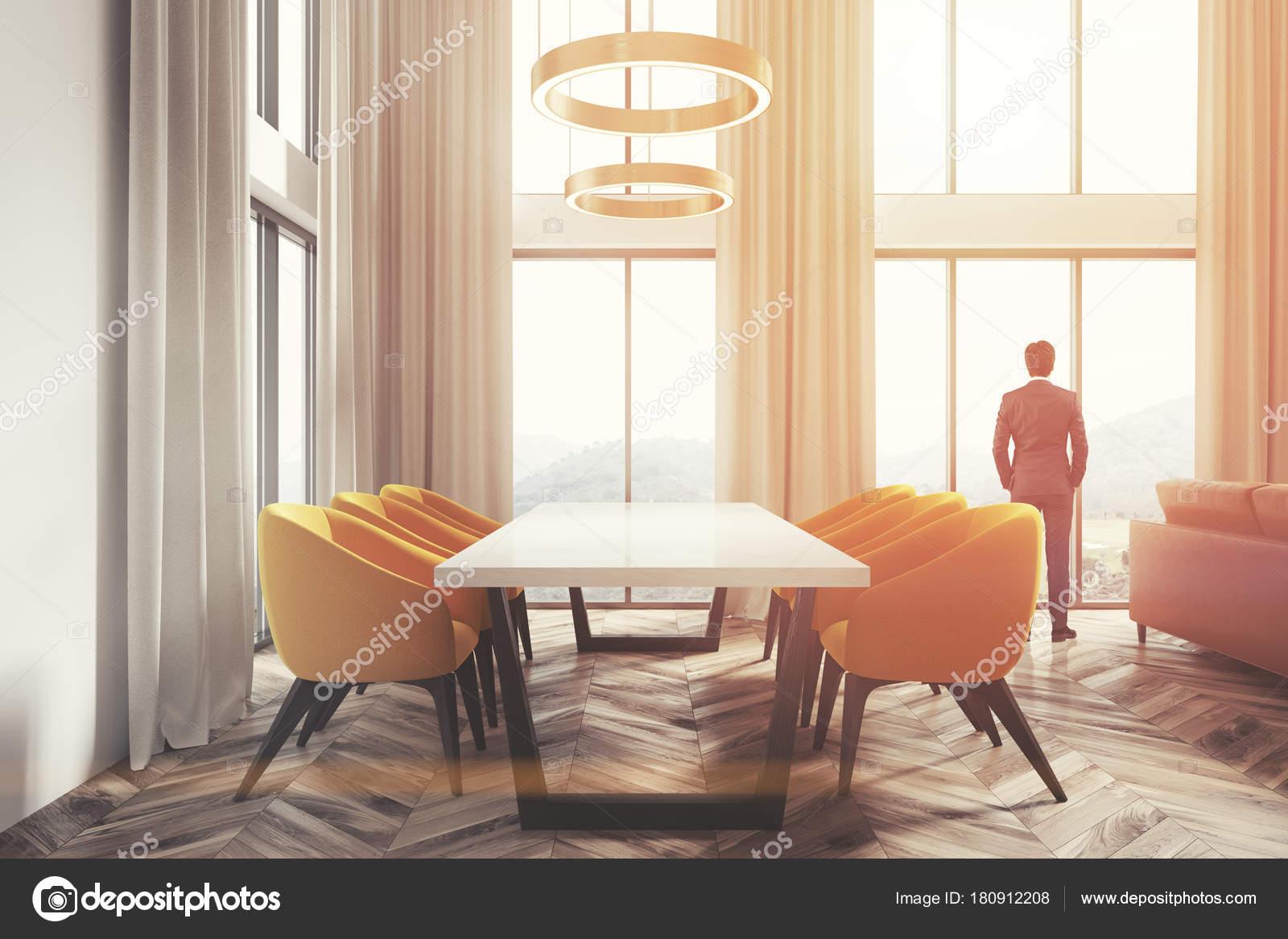 Witte eetkamer hoek, gele stoelen kant man — Stockfoto ...