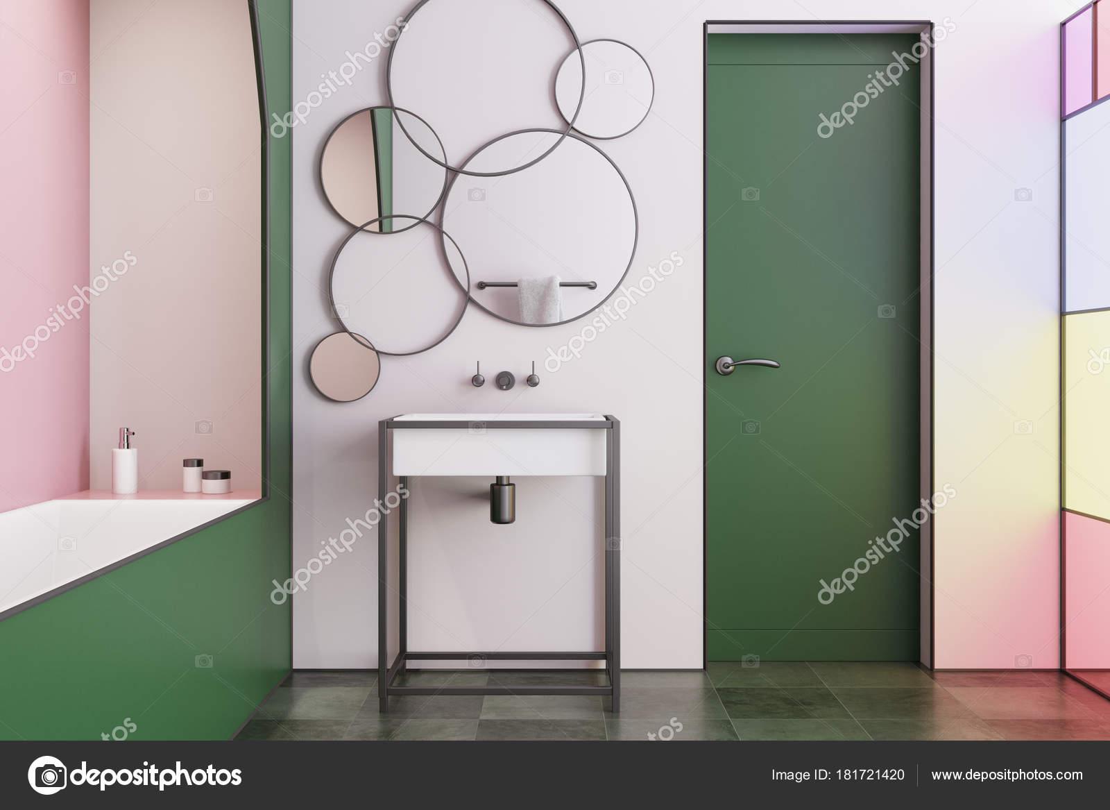 Porte intérieure, salle de bains moderne rose — Photographie ...