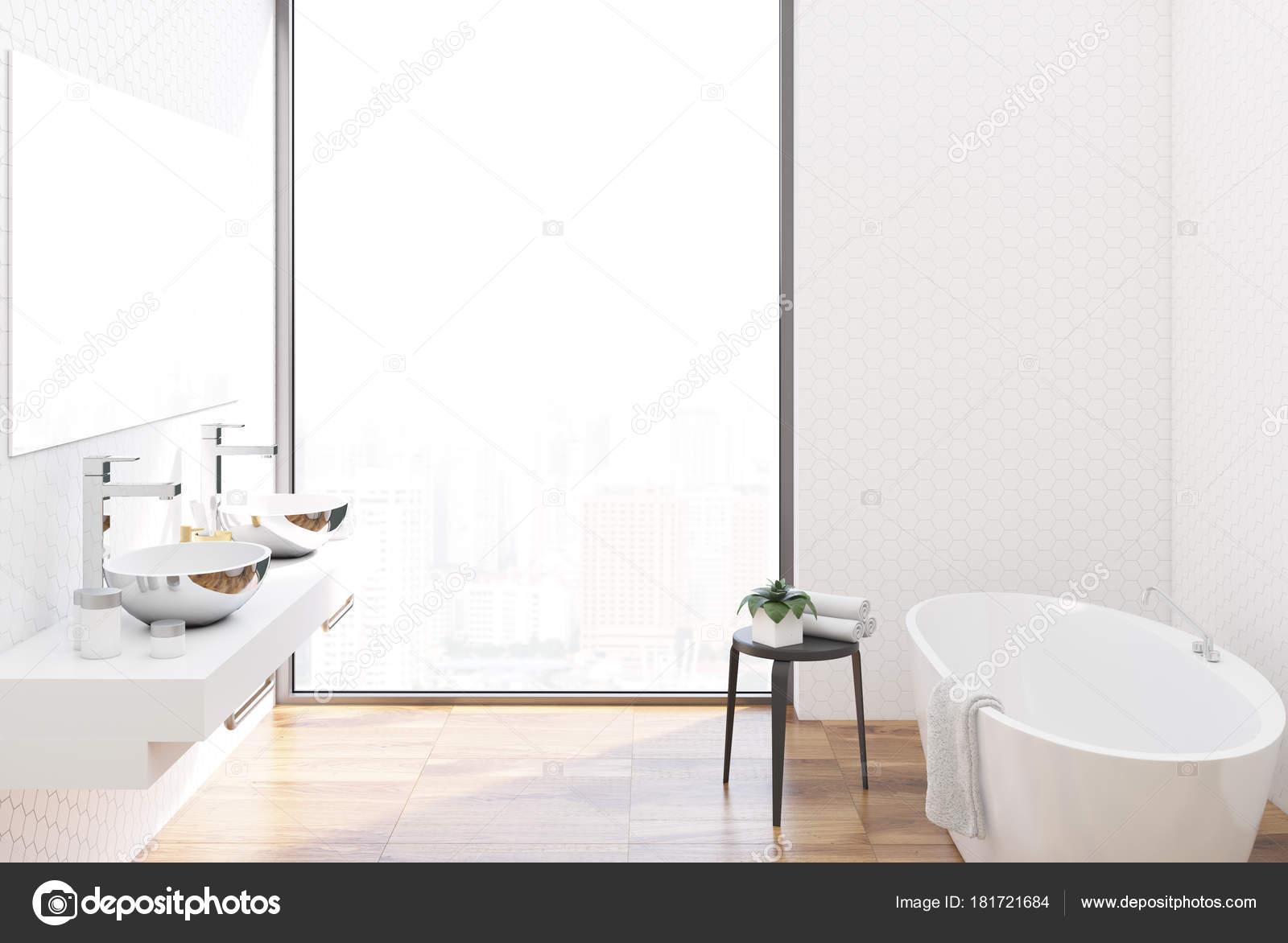 Blanco azulejos cuarto de baño, fregaderos de metal — Fotos ...