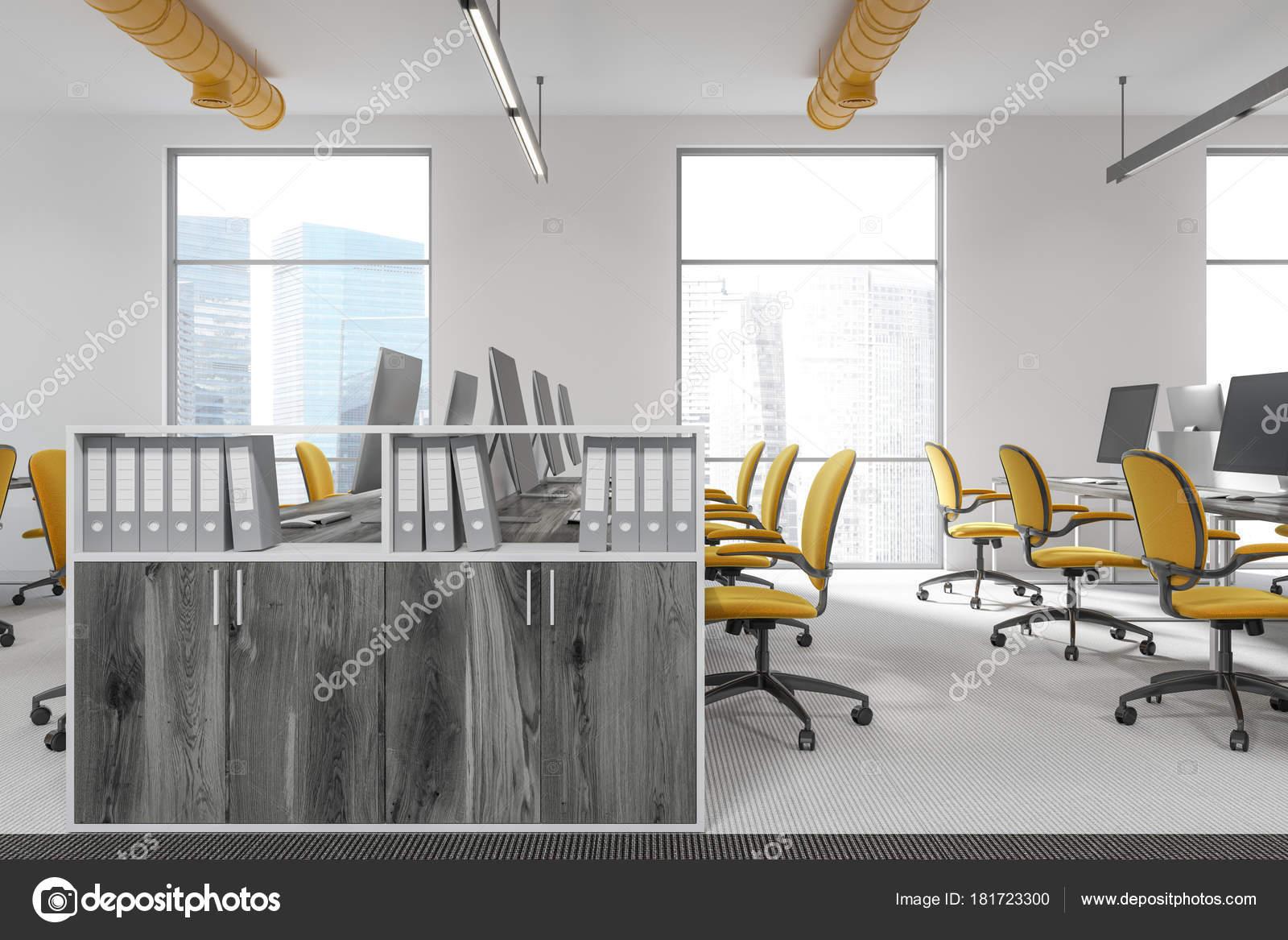 Bouchent avec des étagères en bois dans un bureau blanc jaune