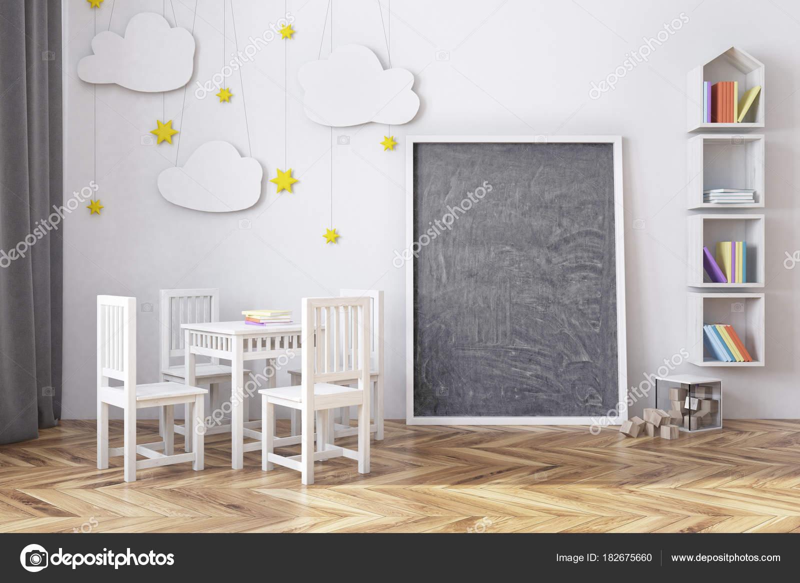 Kinderzimmer mit einer Tafel und Bücherregal — Stockfoto ...