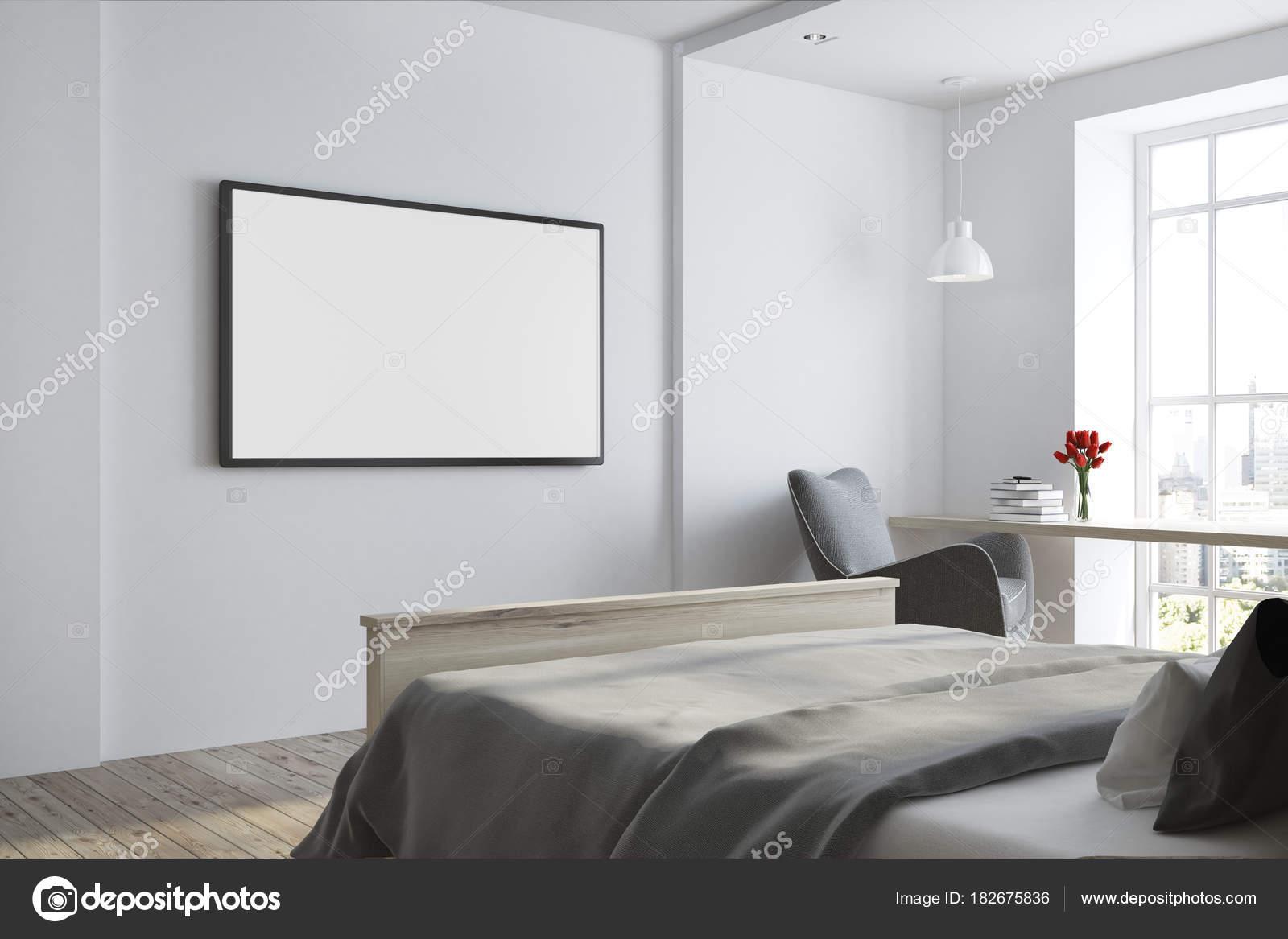 Seitlicher Blick Auf Eine Weiße Schlafzimmer Mit Fernseher Auf Eine Weiße  Wand Und Eine Graue Decke Bett. 3D Rendering Mock Up U2014 Foto Von  Denisismagilov