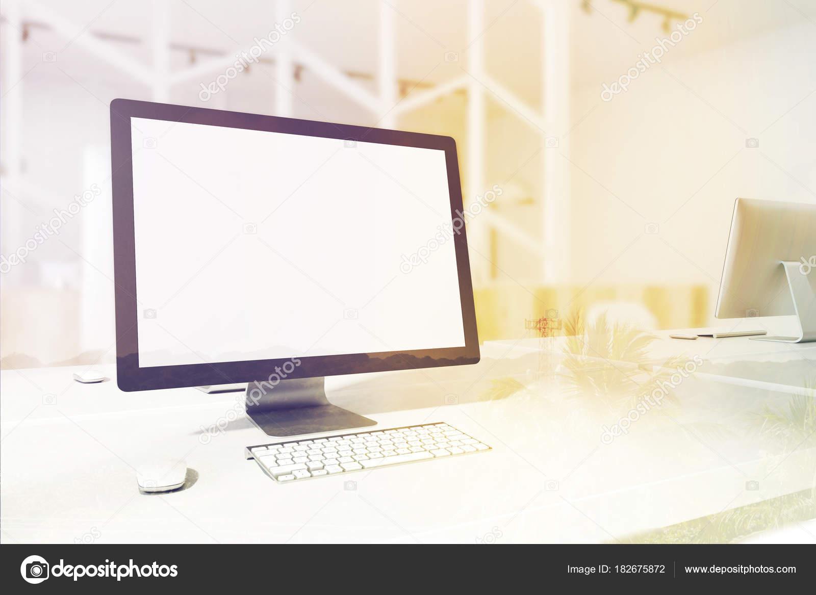 Scrivania Ufficio Doppia : Computer schermo bianco su un lato del tavolo ufficio tonico