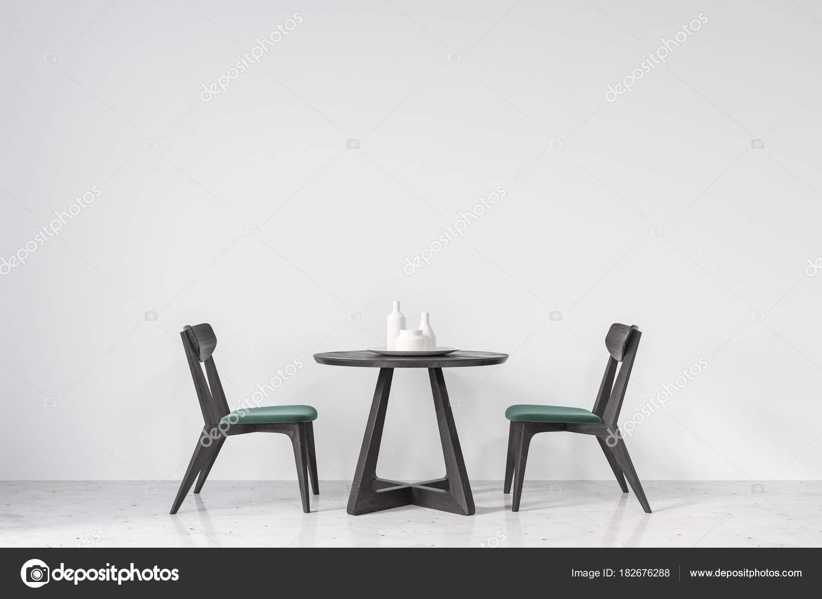 Zwarte Ronde Tafel : Ronde tafel en groene en zwarte stoelen u stockfoto